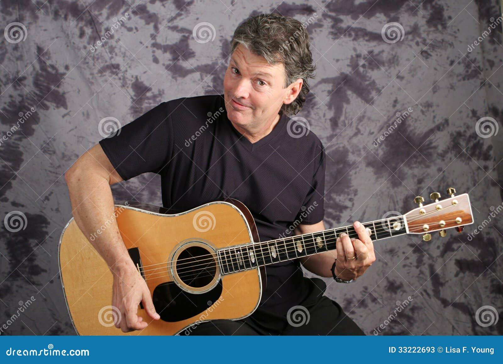 Hübscher Musiker Playing Guitar