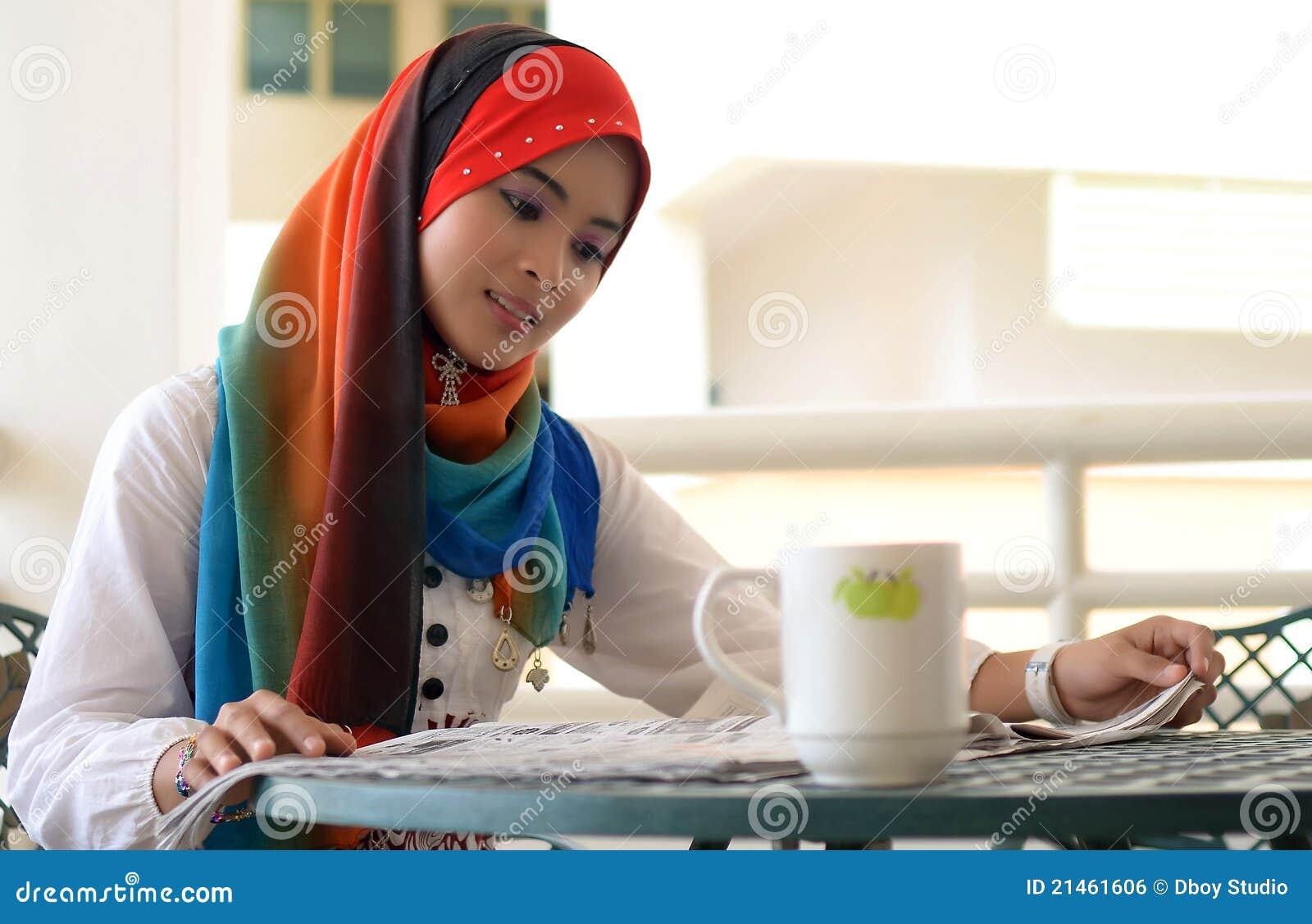 Hübscher weiblicher Moslem liest Zeitung