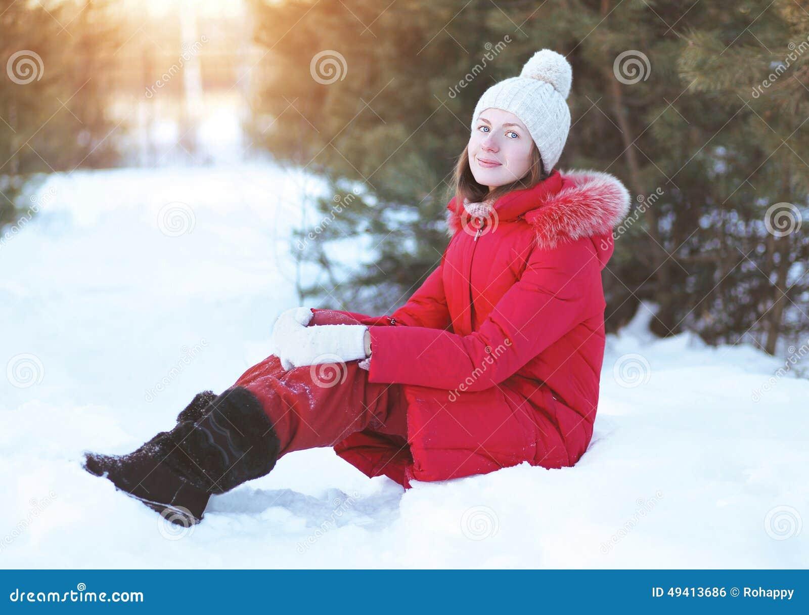 Download Hübsches Mädchen, Das Auf Dem Schnee Sitzt Stockfoto - Bild von recht, frost: 49413686