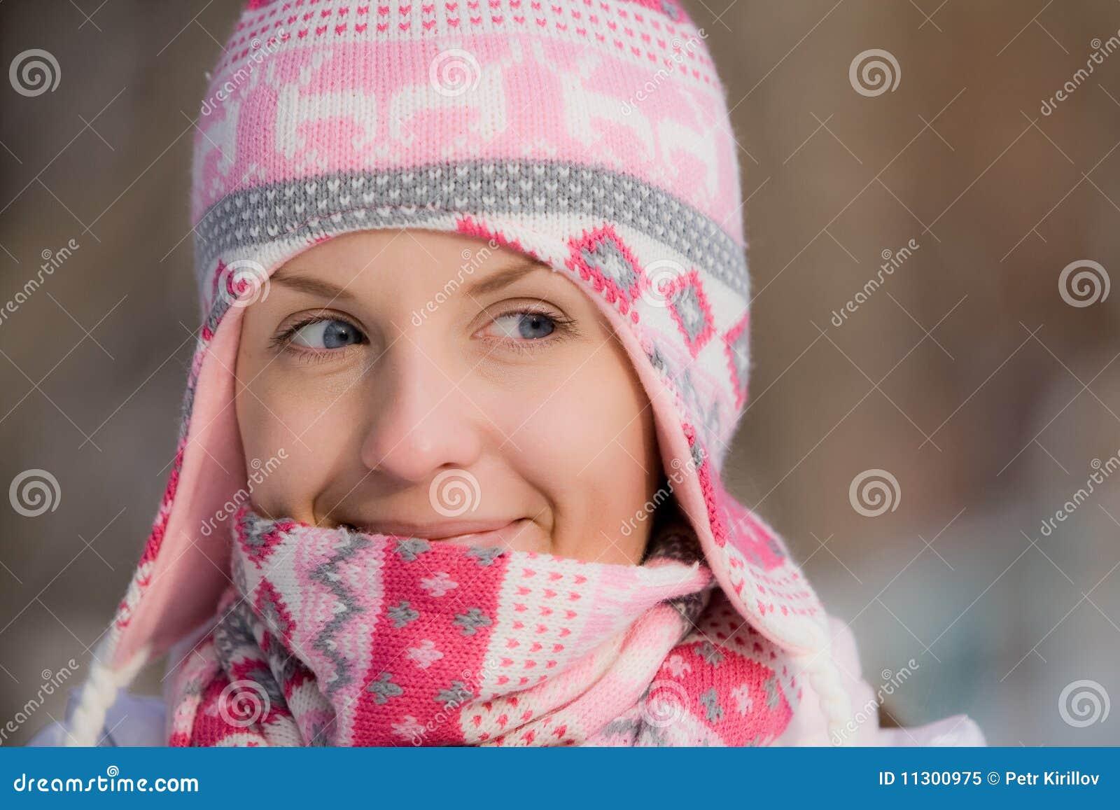 Hübsches Mädchen, das warmen Hut und Schal trägt