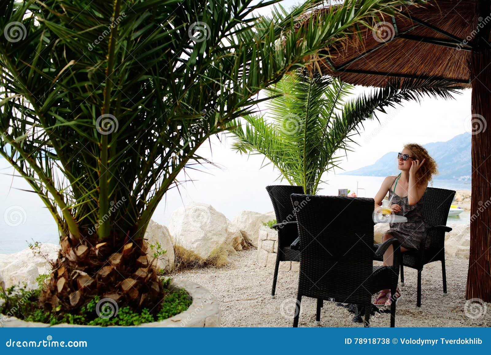 Hübsches Mädchen im Strandcafé