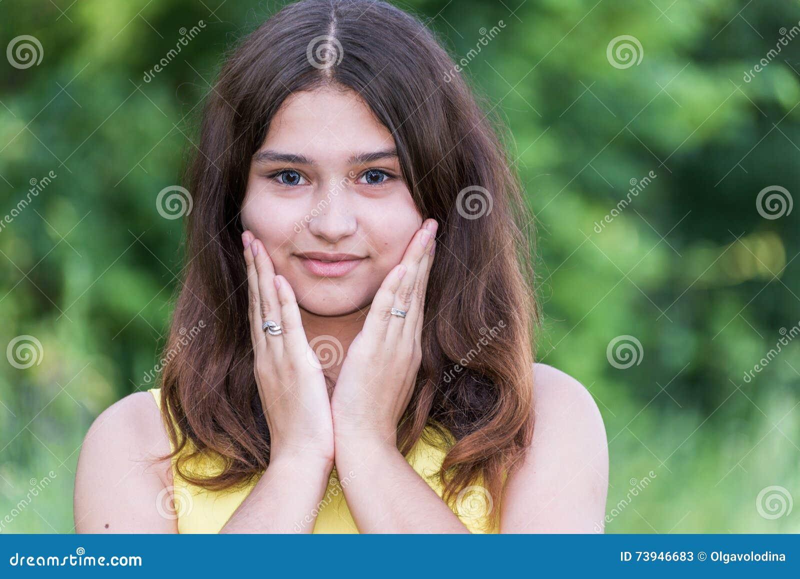 Hübsches Mädchen 14 Jahre Alte Aufstellung Auf Art Des Sommers