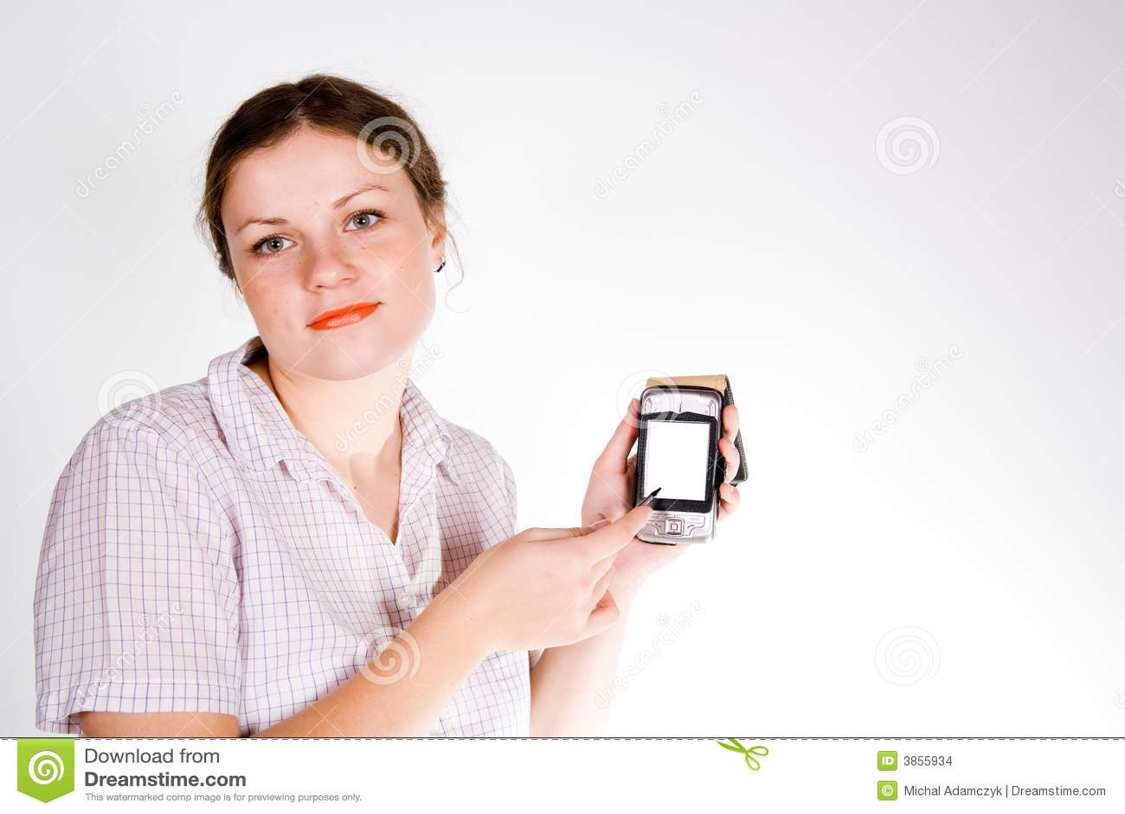 Hübsches mädchen mit einem smartphone auf weißem und grauem