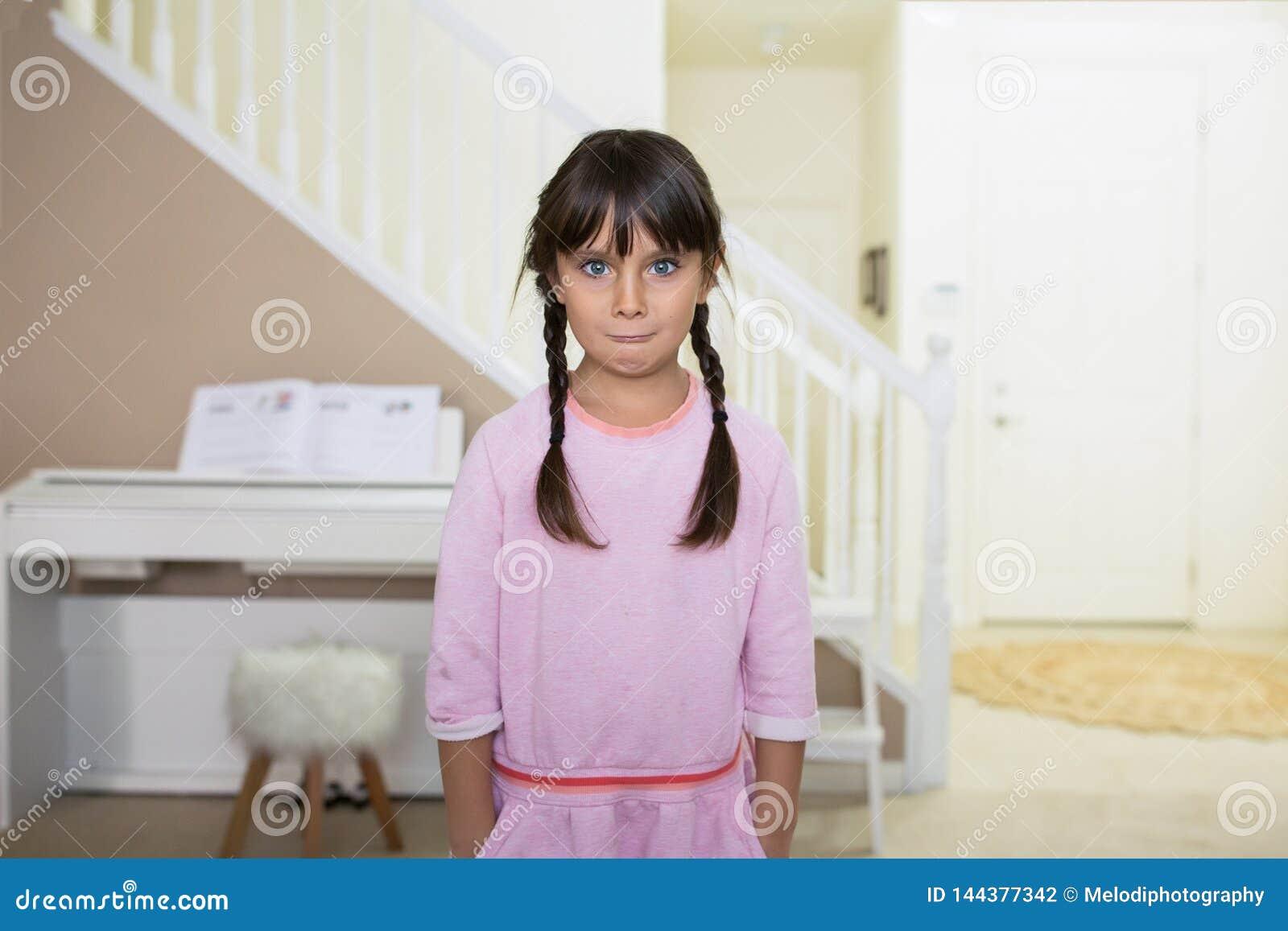 Hübsches Mädchen mit einem verwirrten Blick