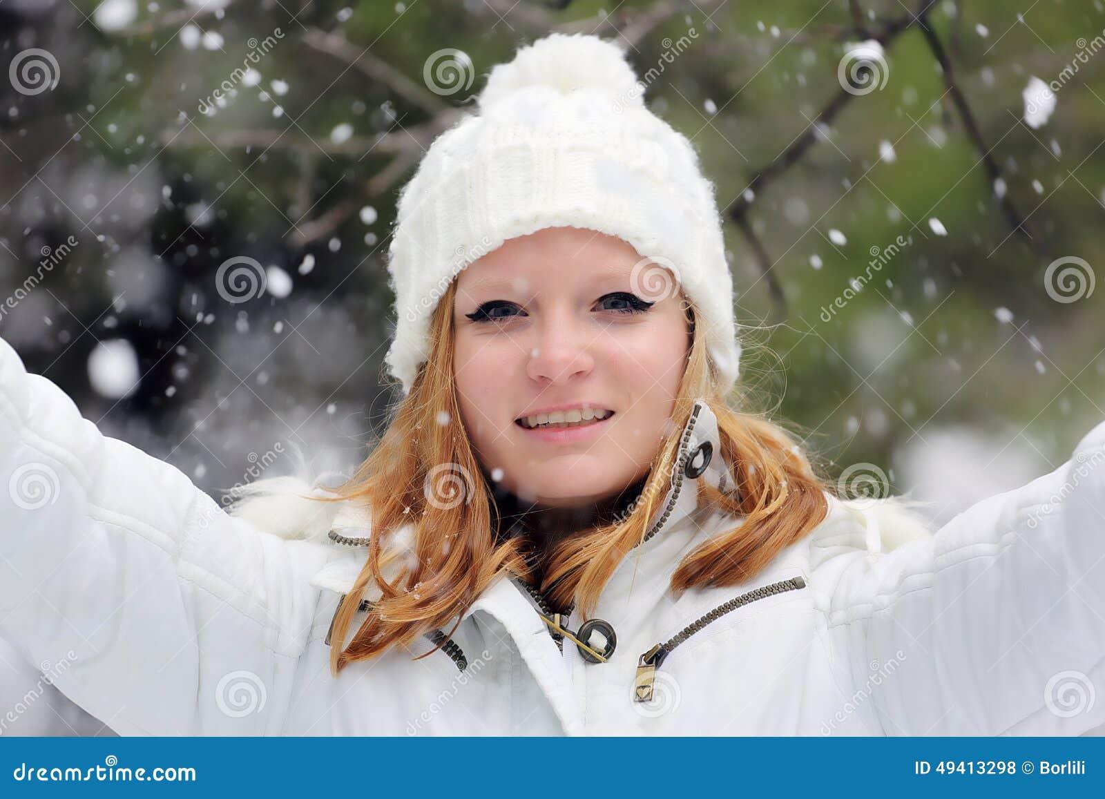 Download Hübsches Mädchen Am Schneetag In Israel Stockfoto - Bild von glück, augen: 49413298