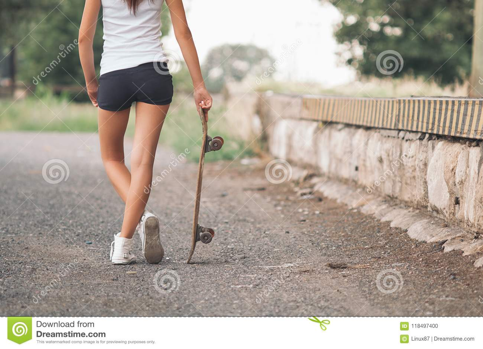 Hübsches Schlittschuhläufer-Mädchen