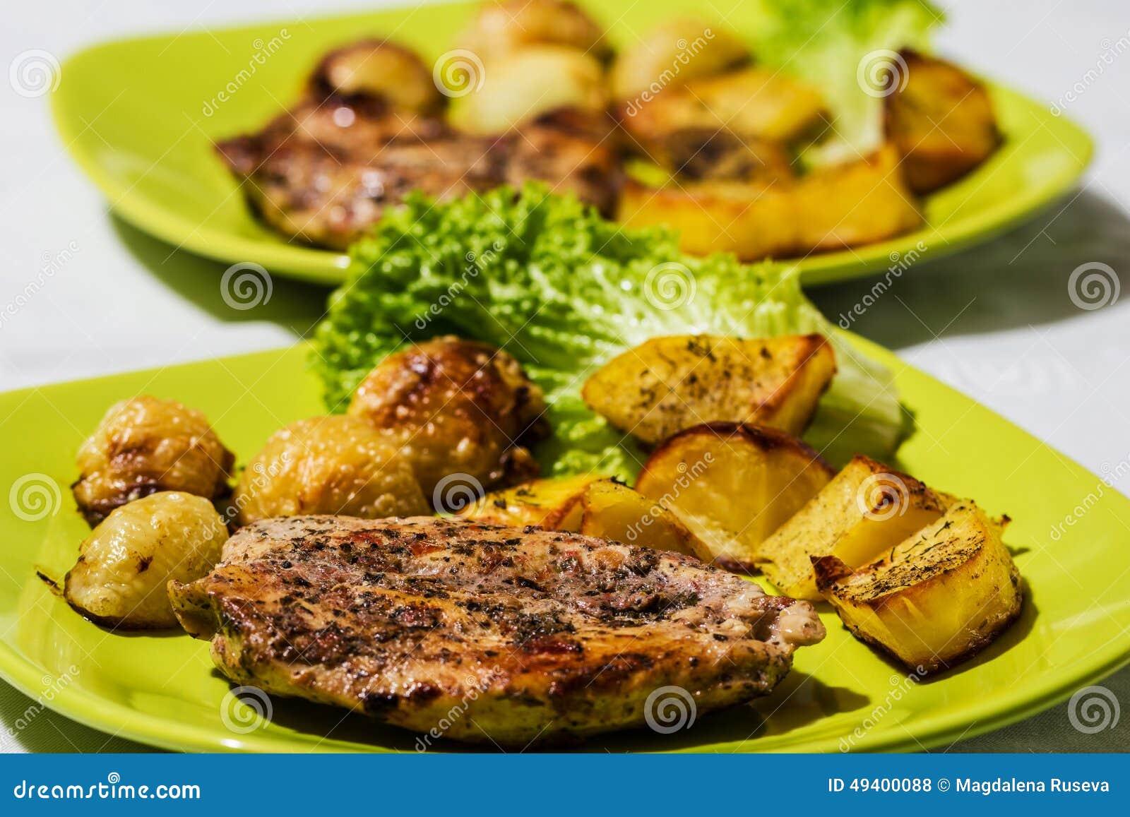 Download Hühnersteak Mit Gebratenen Zwiebeln Und Kartoffeln Stockfoto - Bild von lende, teller: 49400088