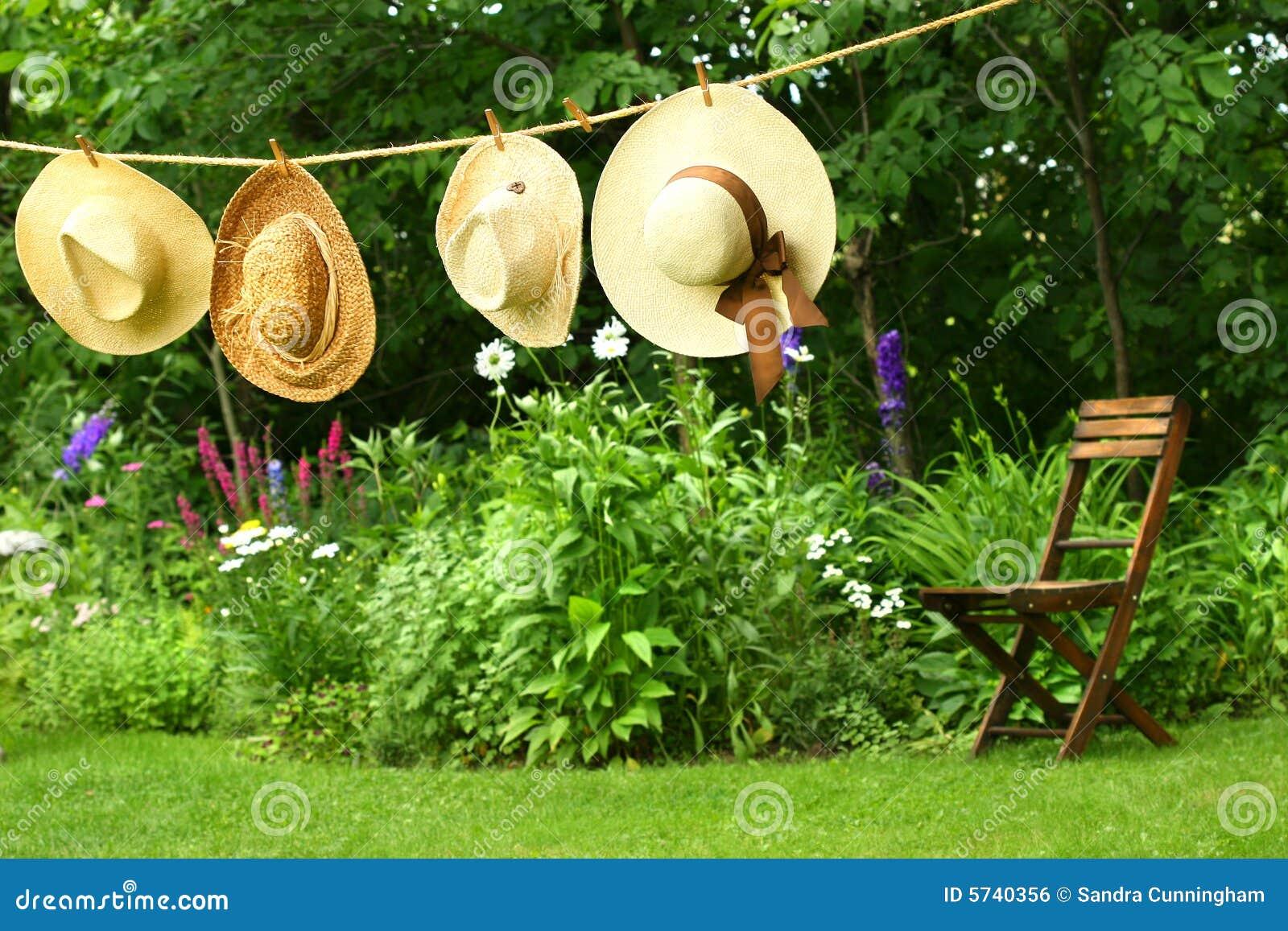 Hüte, die an der Wäscheleine hängen