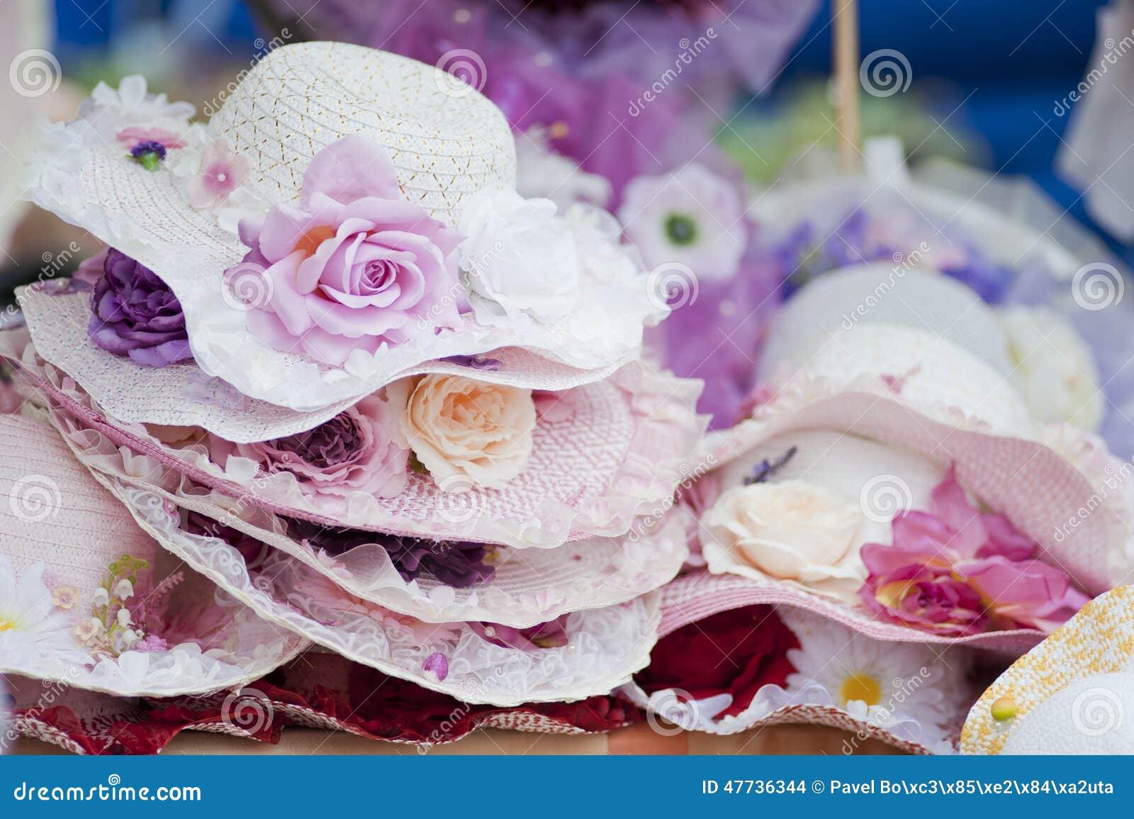 Hüte mit Blumen