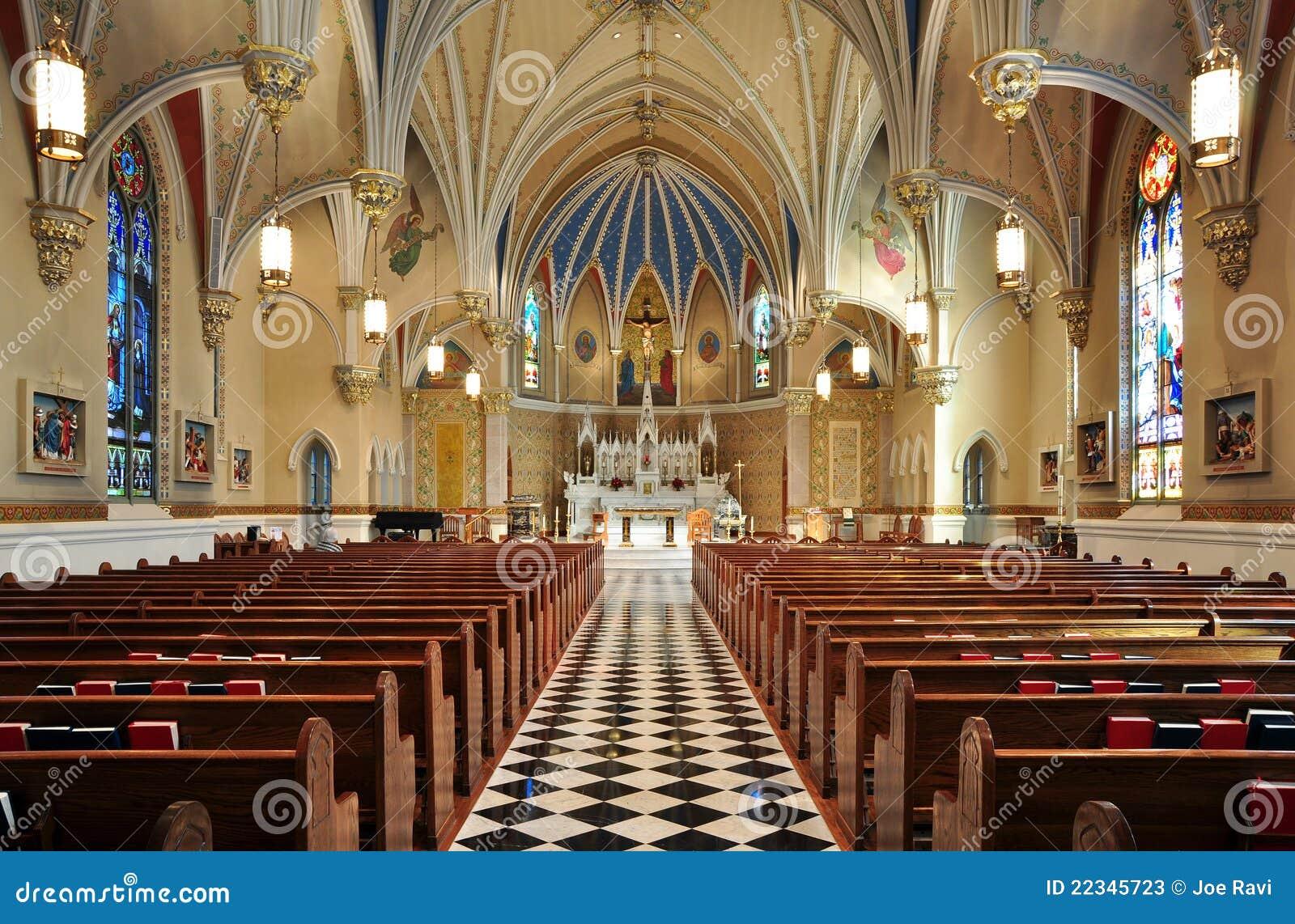 Härlig katolsk kyrkainterior