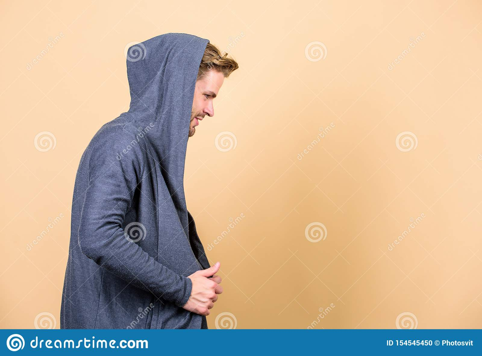 H?ft och stilfullt kopiera avst?nd man i moderiktigt med huva omslag perfekt blick av den muskulösa mannen Manlig mode och sk?nhe