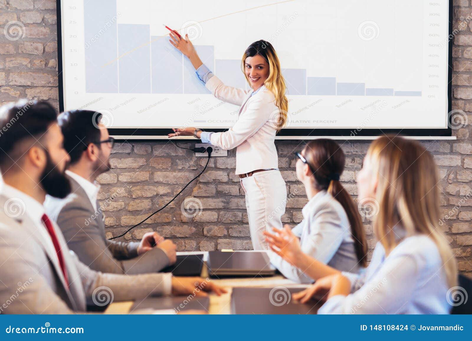H?gtalare som ger offentlig presentation genom att anv?nda projektorn i konferensrum
