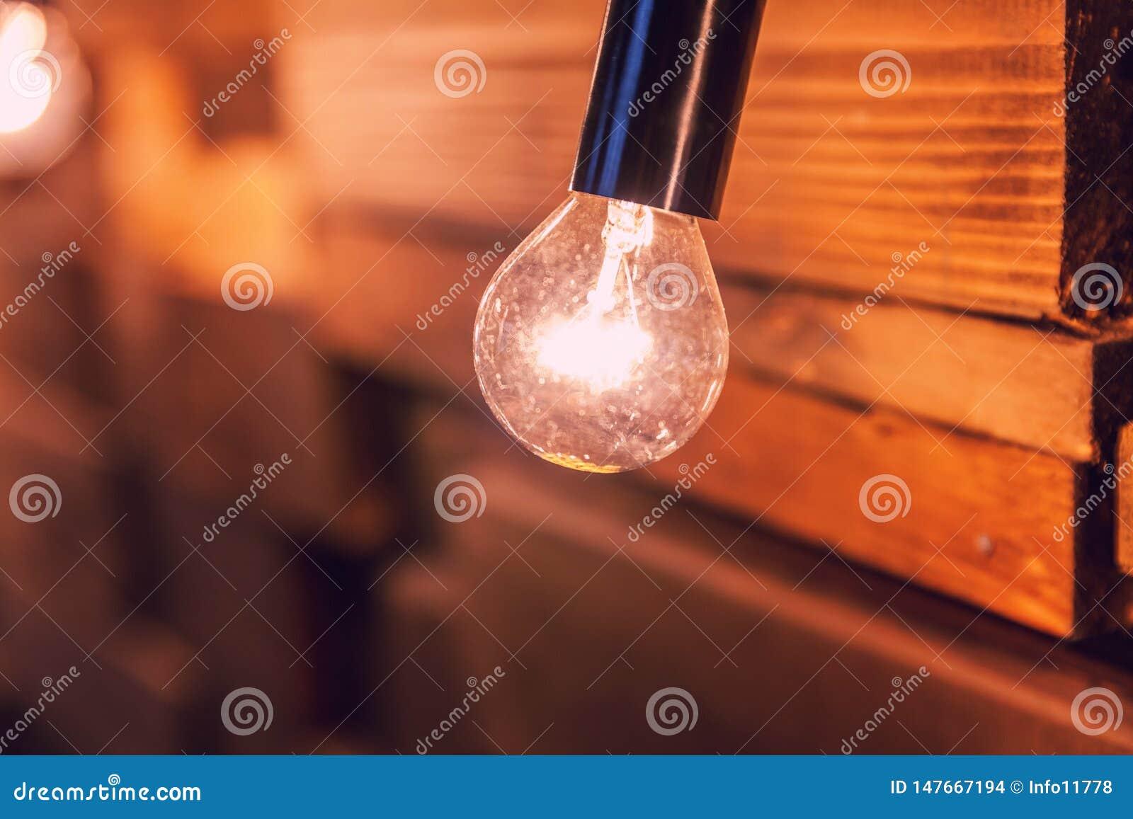 H?lzerne Planken mit Lampenhintergrund Verzierter Innenraum mit Goldlichtern