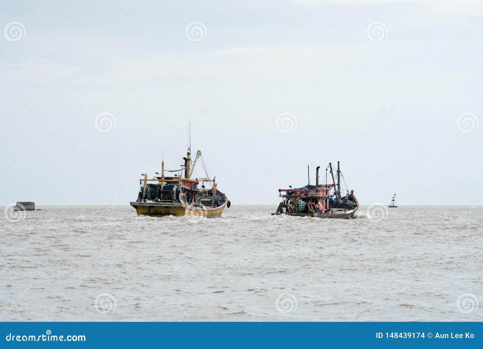 H?lzernes Boot auf dem Meer