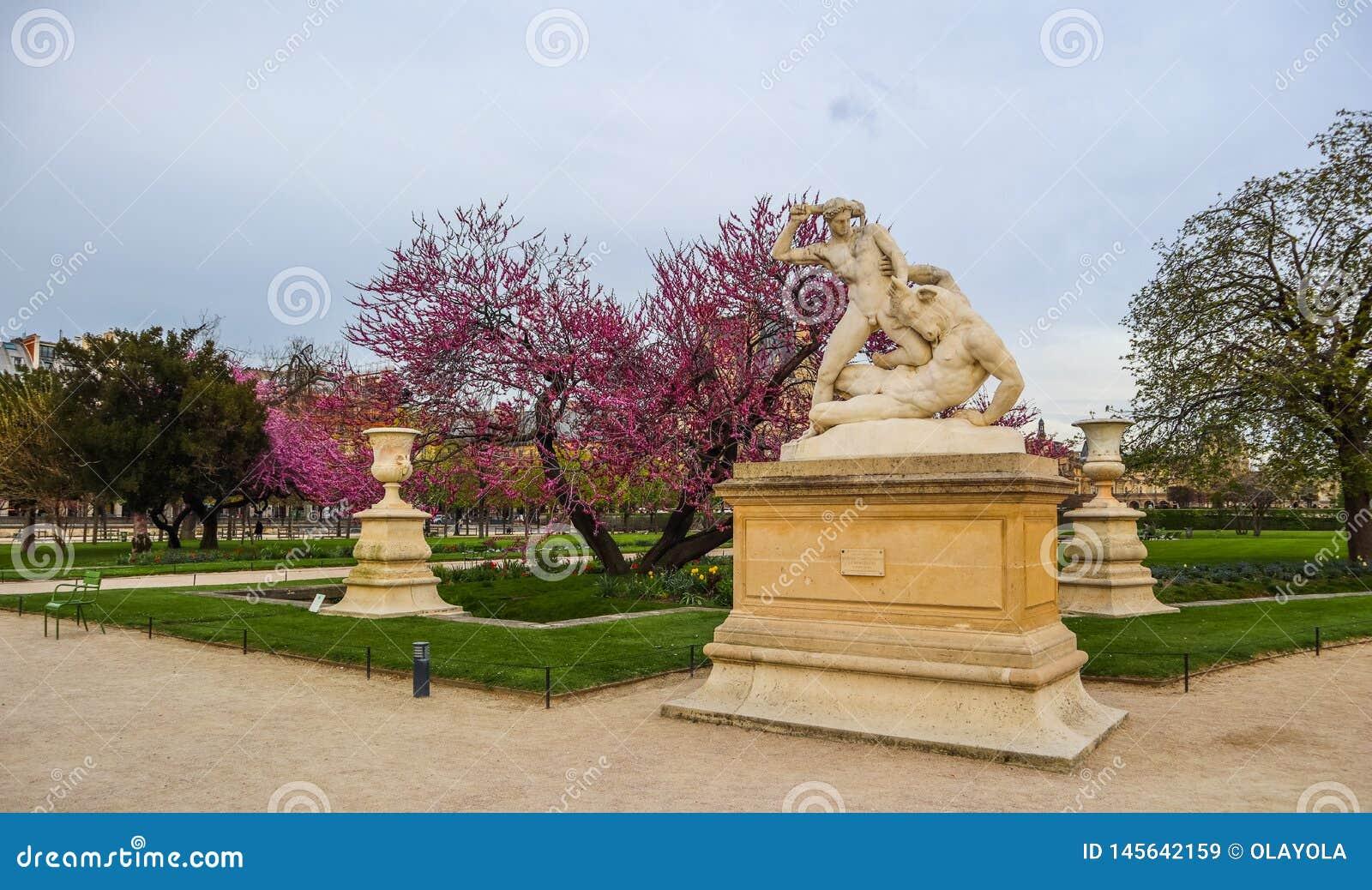 H?rcules y estatua de Minotaur en el jard?n maravilloso de Tuileries de la primavera Par?s Francia En abril de 2019