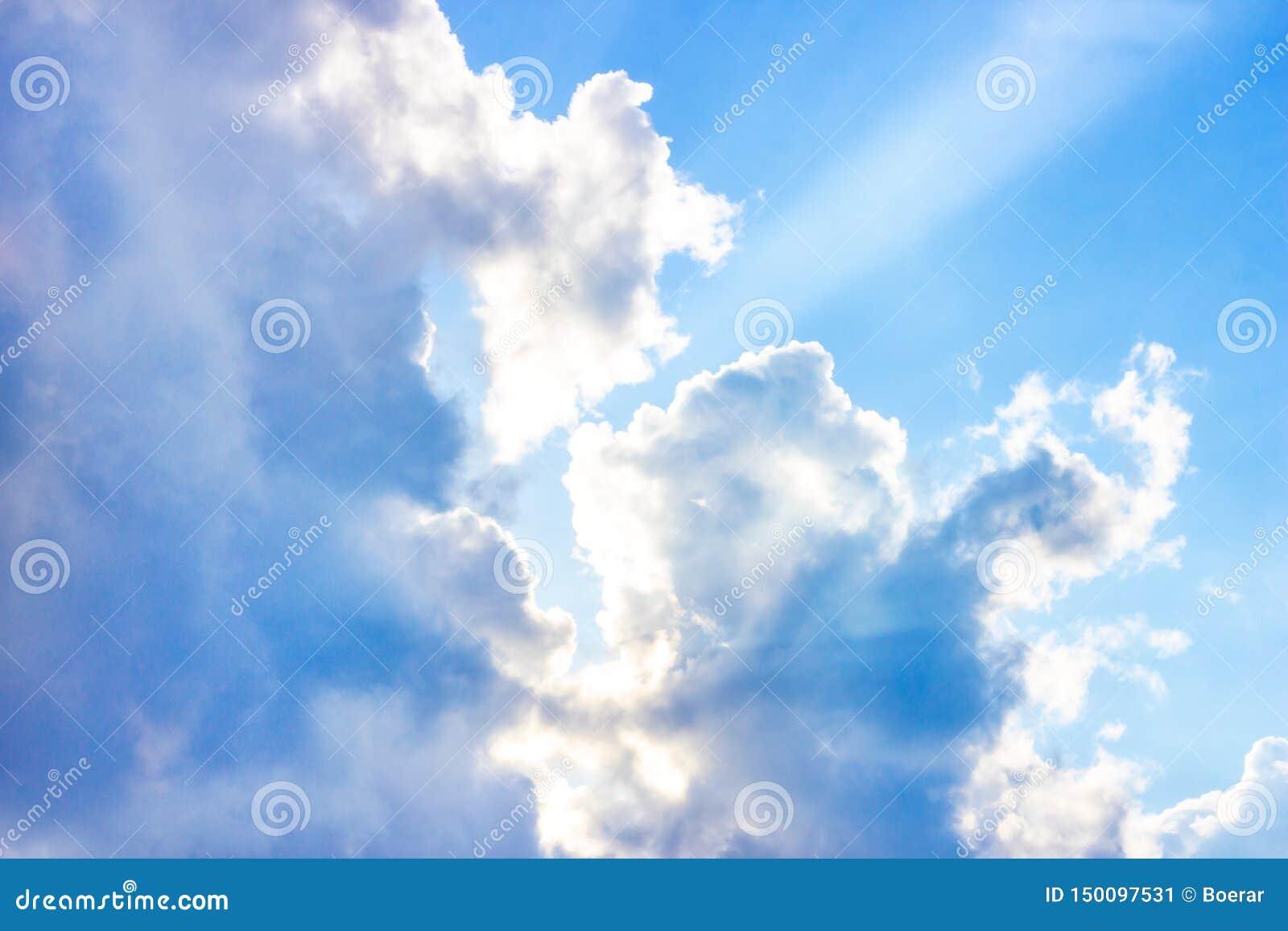 H?rlig dyster bl? himmel med fluffiga moln i dag f?r sommarmorgonfred som en bakgrund