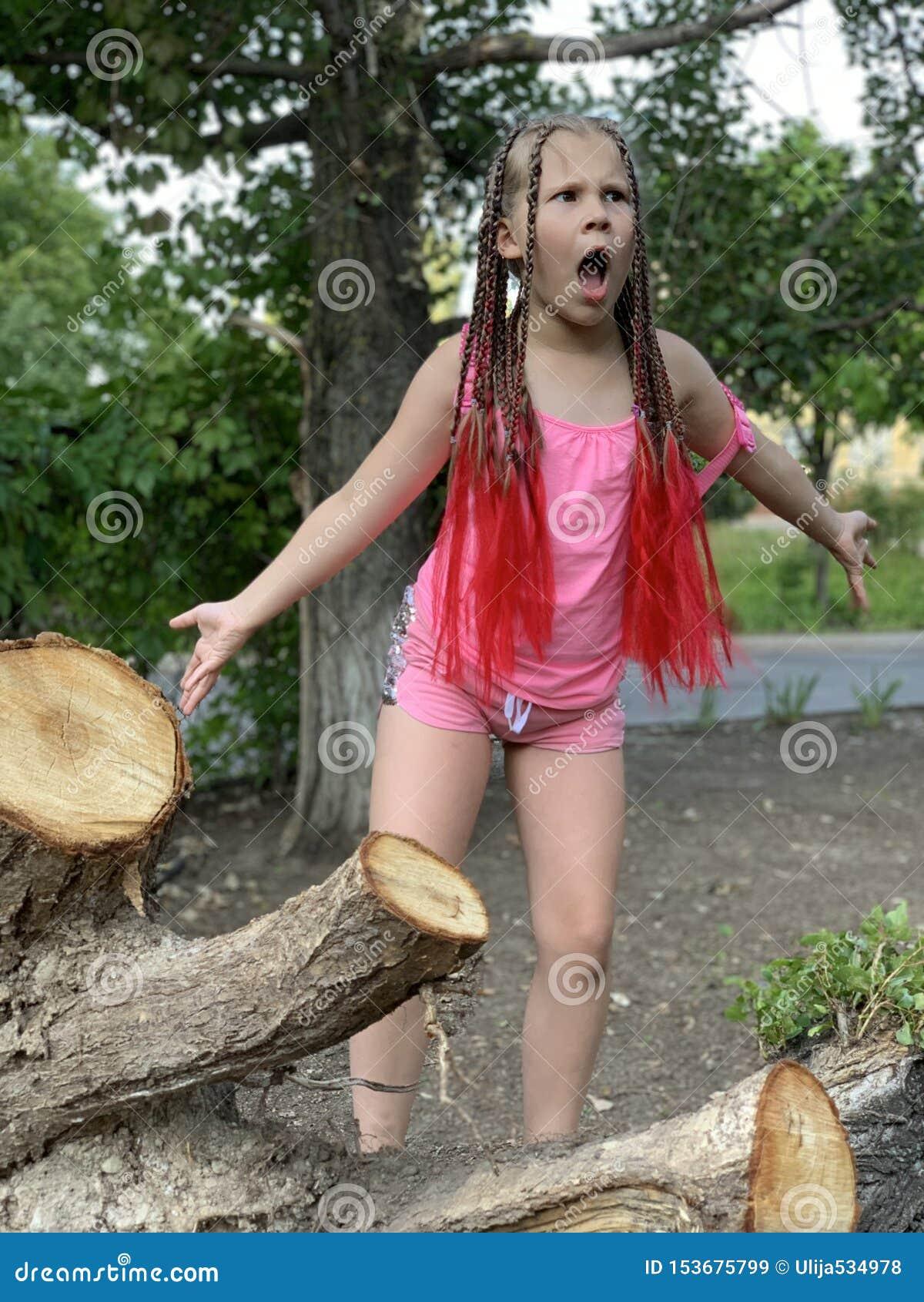 H?rlig flicka little En flicka med afrikanska flätade trådar