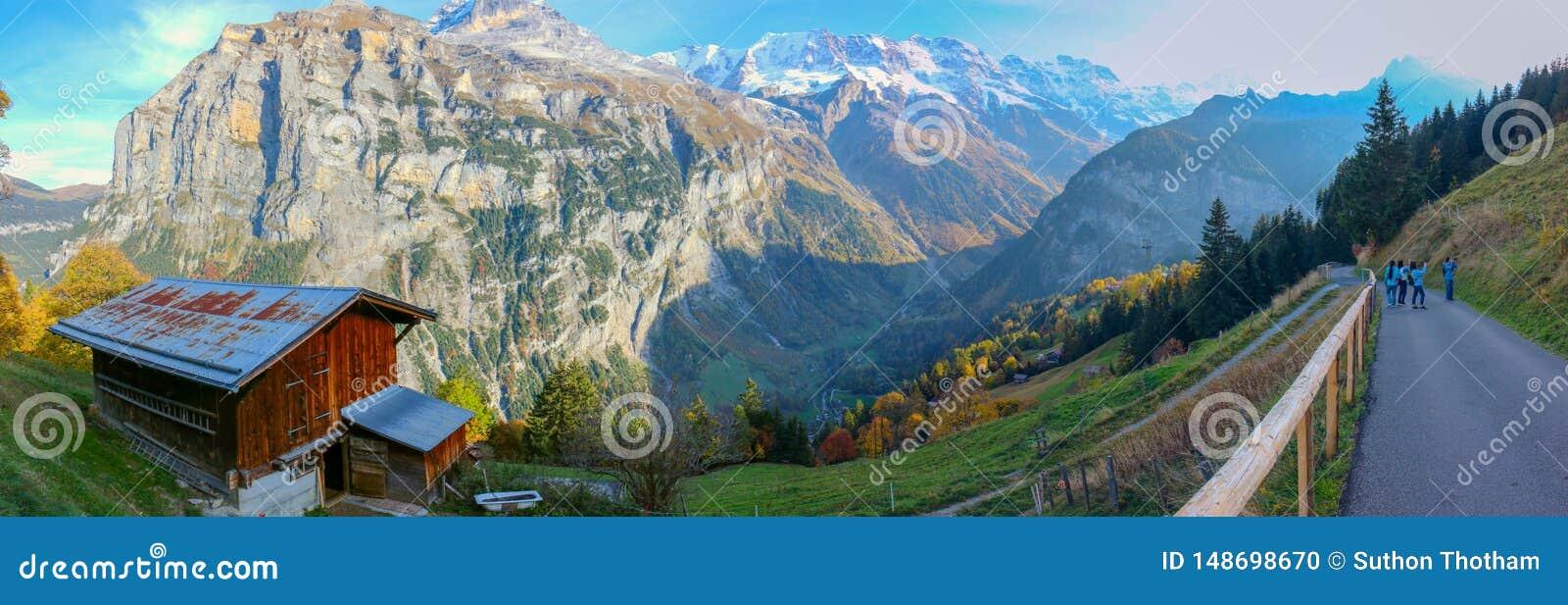 H?rlig sikt av den alpina Eiger byn Pittoresk och ursnygg plats Popul?r turist