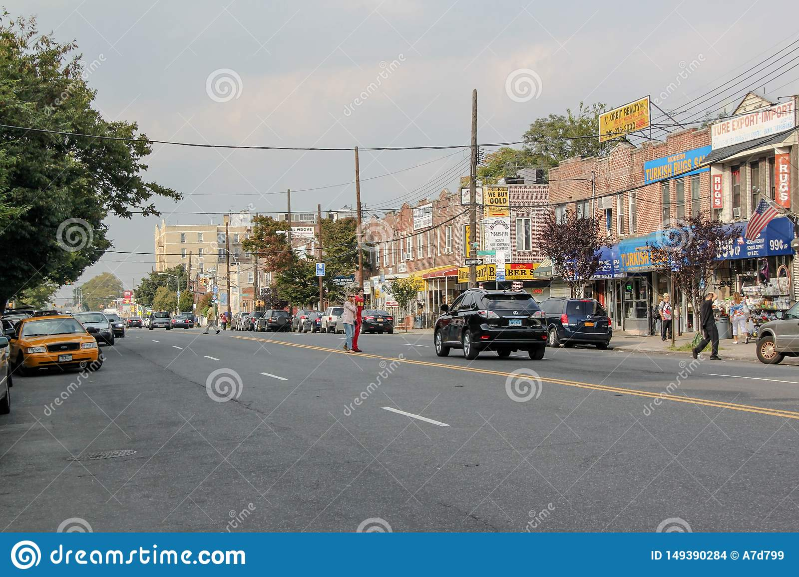 H?rlig sikt av gatan i den Brighton Beach grannskapen Biltrafik och folkbegrepp New York USA