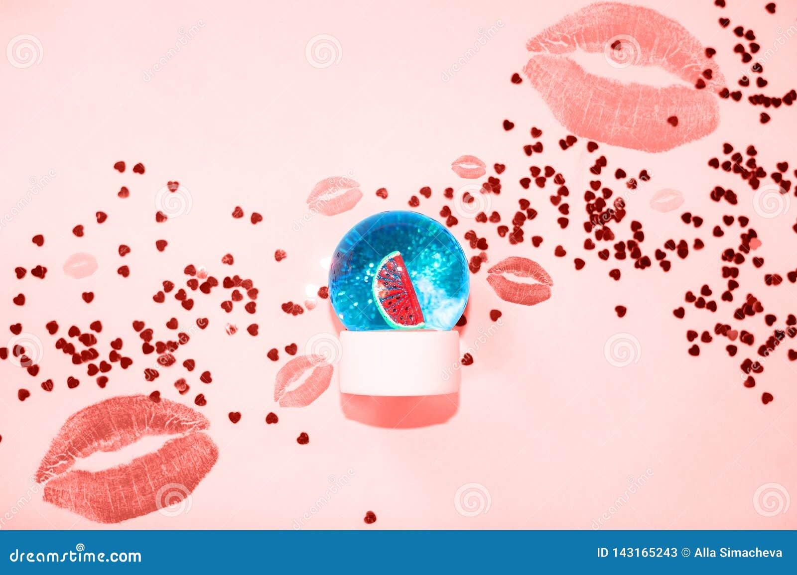 H?rlig sn?boll med vattenmelon och att bl?nka insidan p? pastellf?rgad bl? bakgrund