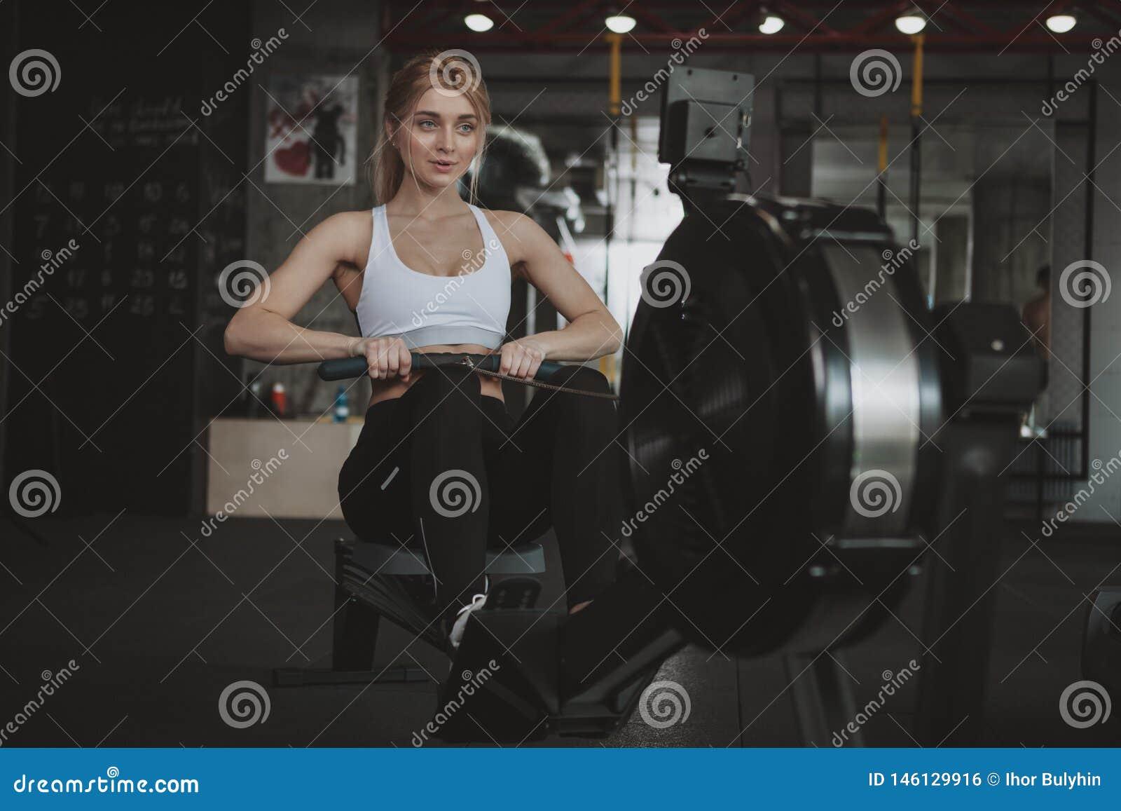 H?rlig ung konditionkvinna som utarbetar p? idrottshallen