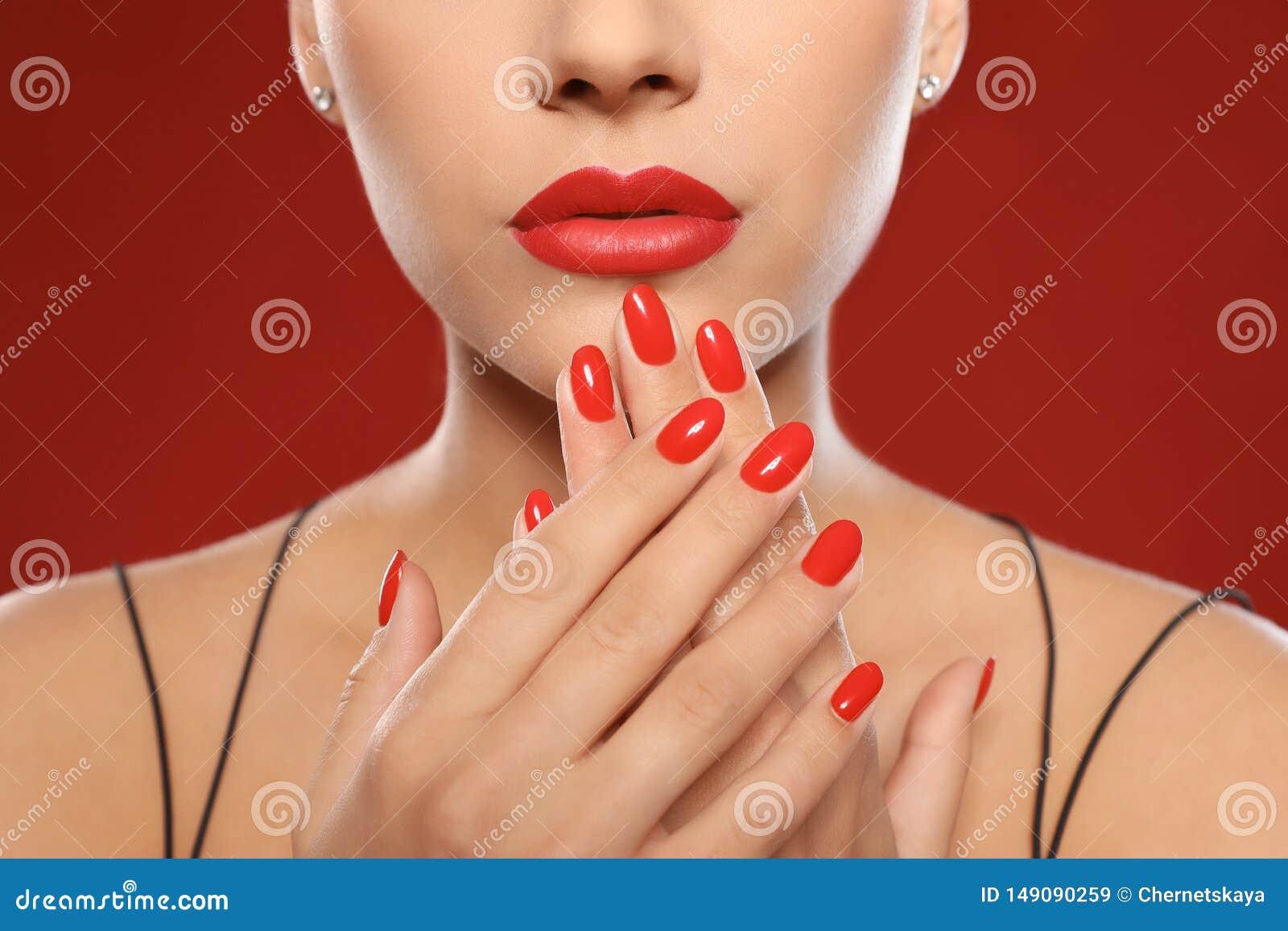 H?rlig ung kvinna med ljus manikyr p? f?rgbakgrund Spika polska trender