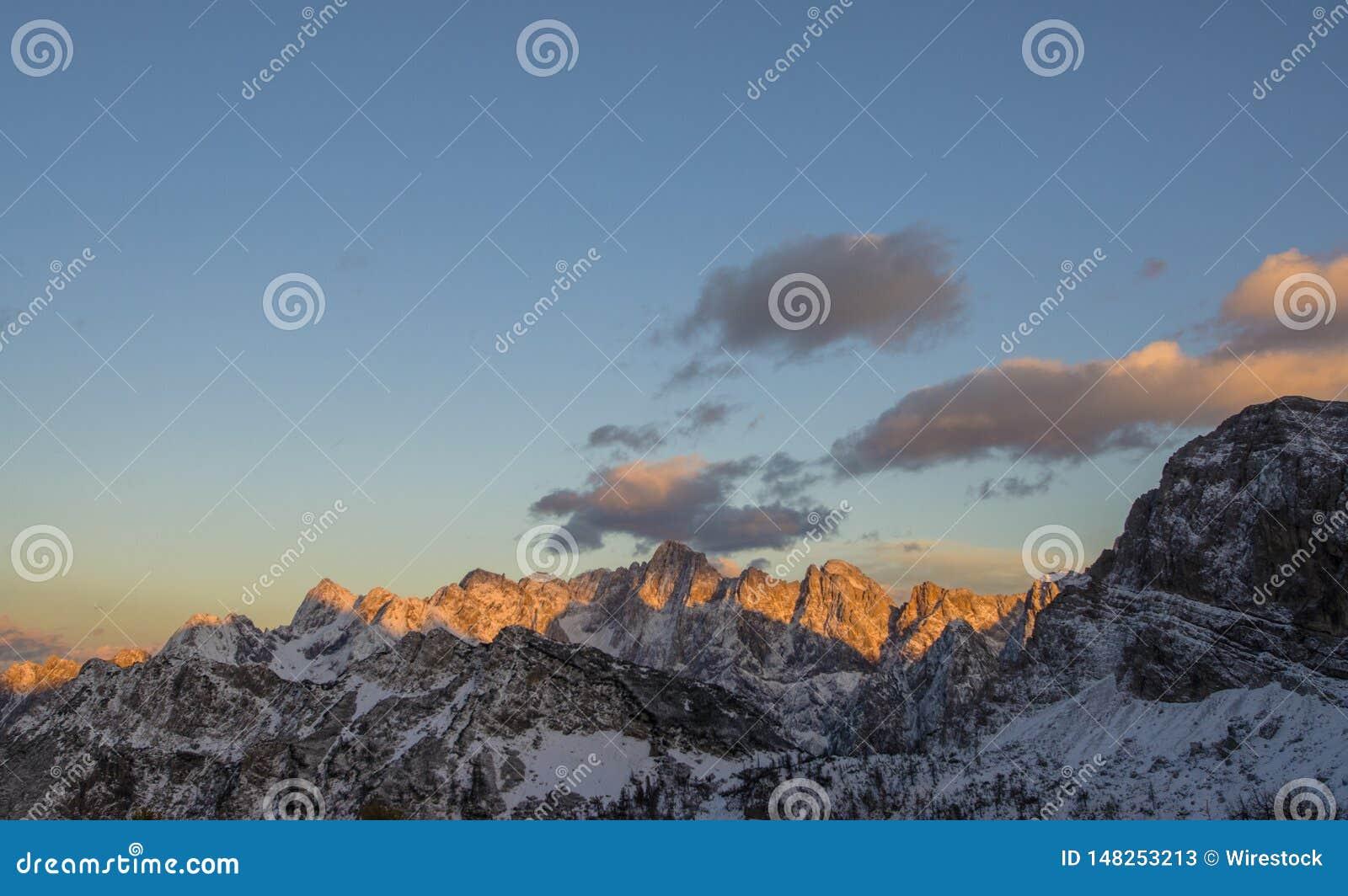 H?rliga steniga berg som t?ckas i sn?