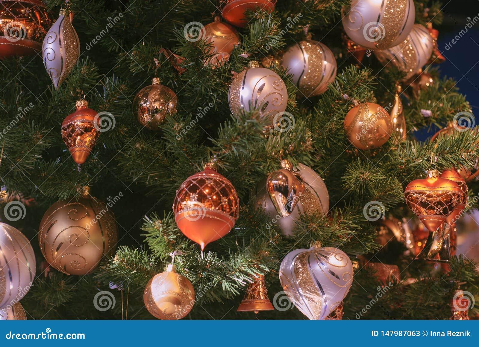 H?rligt dekorerat jultr?d med garneringbollen f?r guld- och vit jul