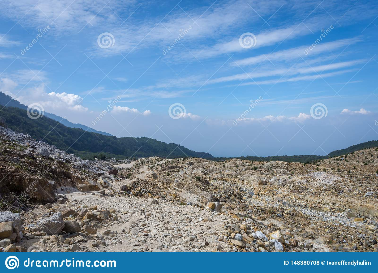 H?rligt landskap av monteringen Papandayan Det Papandayan berget ?r ett av det favorit- st?llet som fotvandrar p? Garut