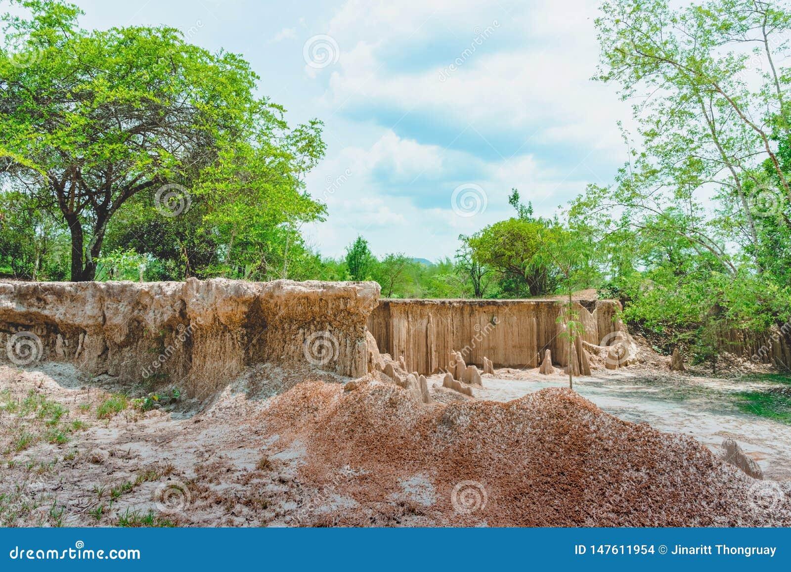 H?rligt landskap av vattenfl?den till och med jordningen har erosion och kollapsen av jorden in i ett naturligt lager p? Pong Yub