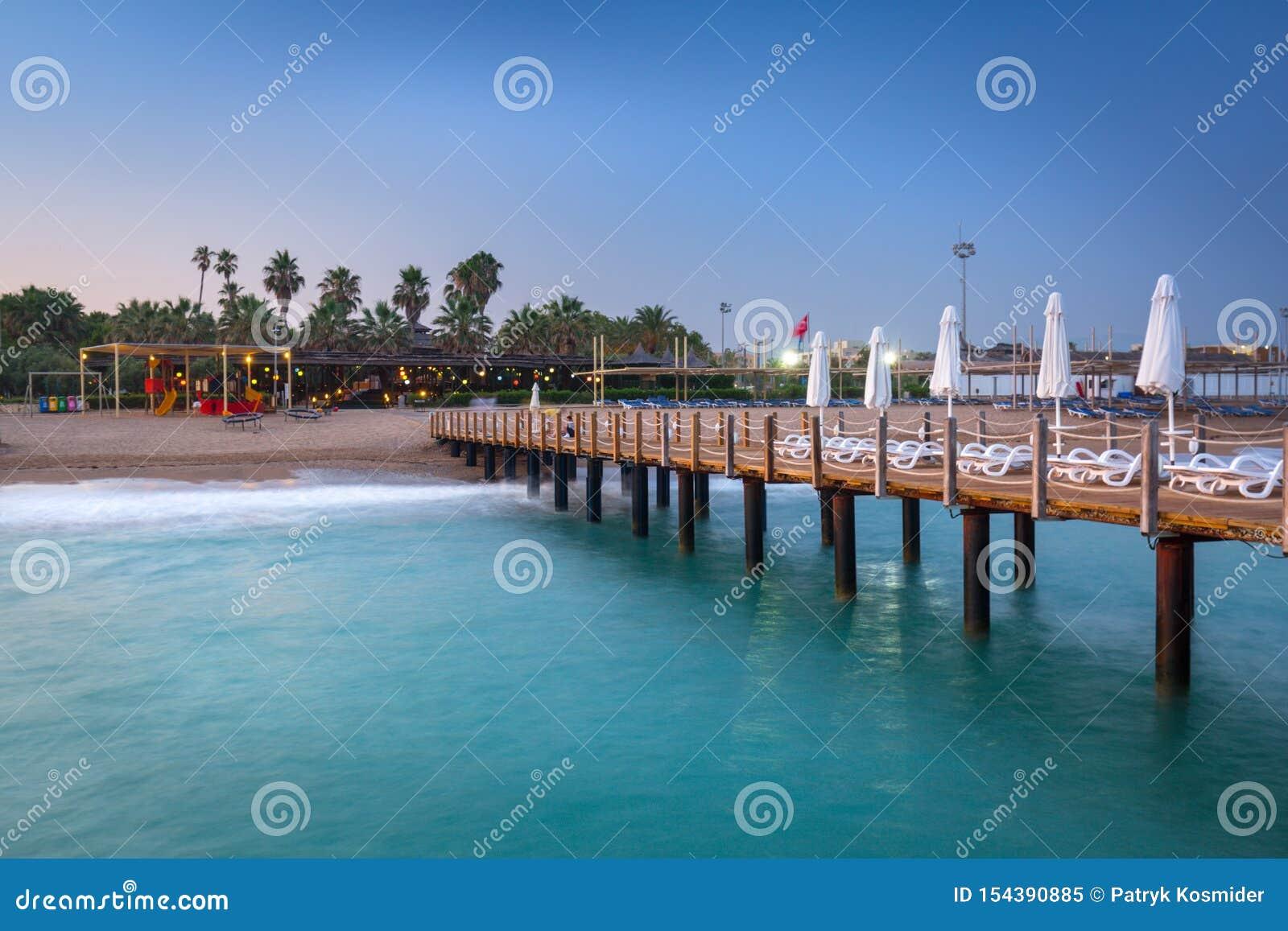 H?rligt landskap med tr?pir p? turk Riviera p? solnedg?ngen, sida