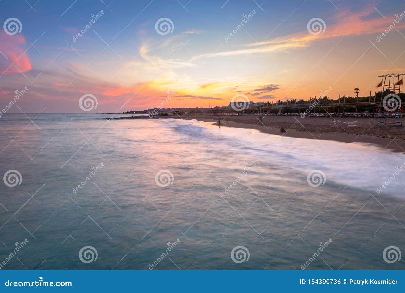H?rligt strandlandskap p? turk Riviera p? solnedg?ngen, sida