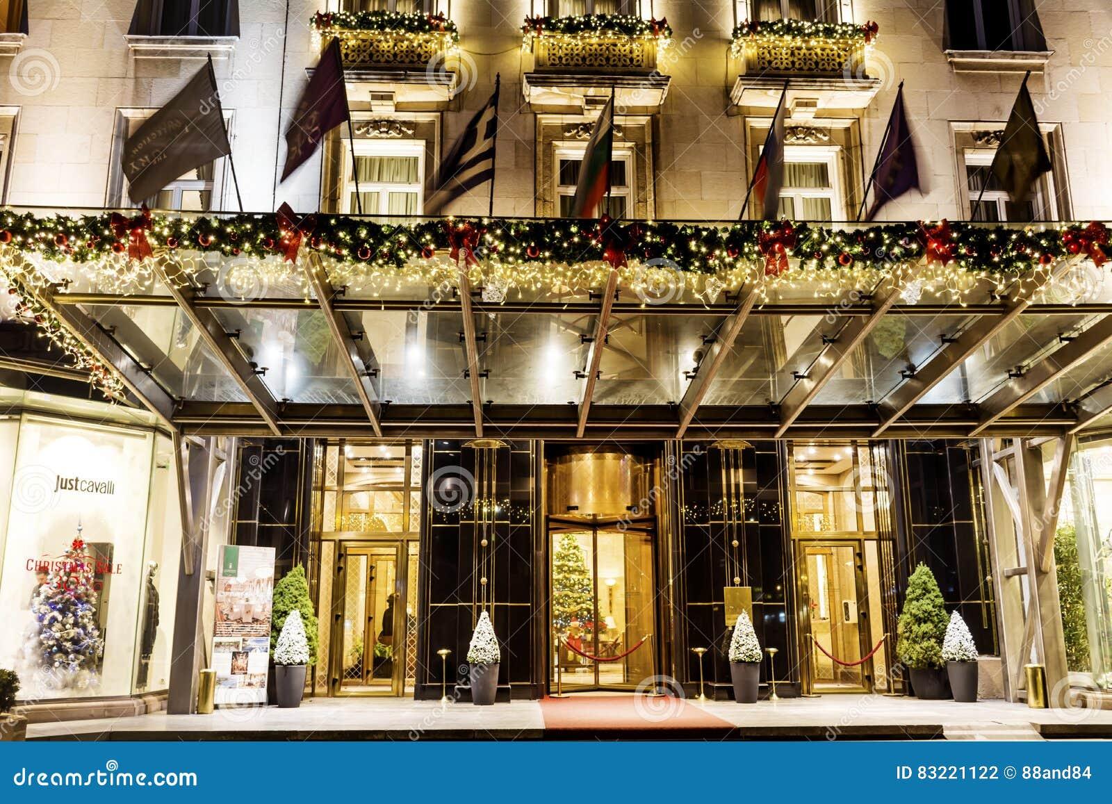 Hôtel de luxe avec la décoration de Noël la nuit