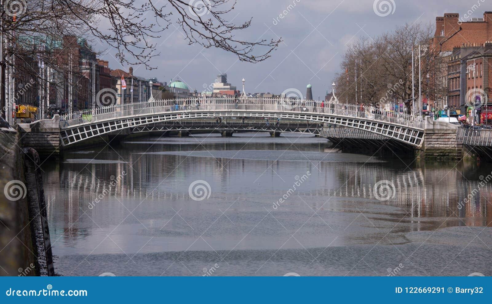 Ha `在利菲河的便士桥梁在都伯林市,爱尔兰