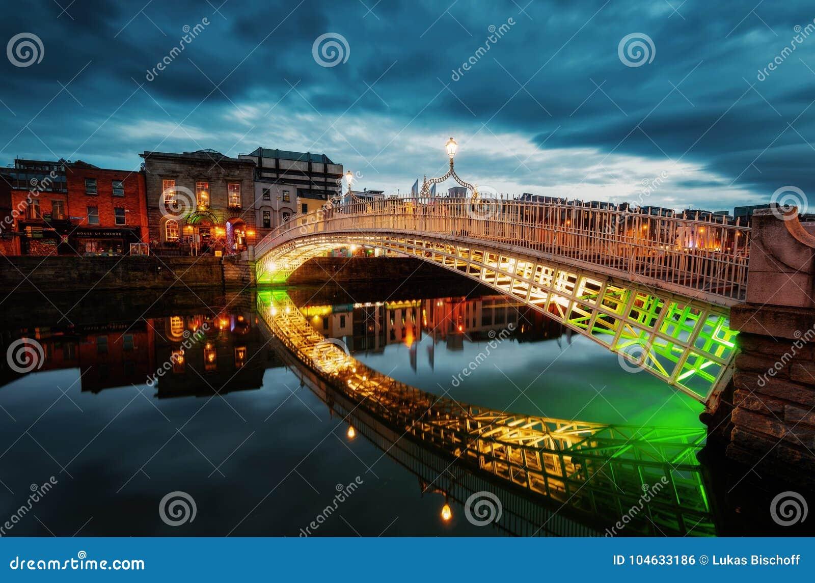 Download Ha ` Penny Bridge Dublin stock foto. Afbeelding bestaande uit blauw - 104633186