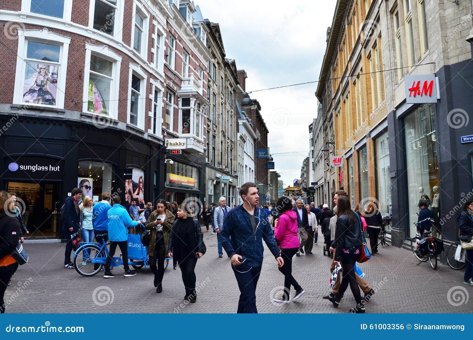 Haag Nederländerna - Maj 8, 2015: Folk som shoppar på venestraatshoppinggatan i Haag