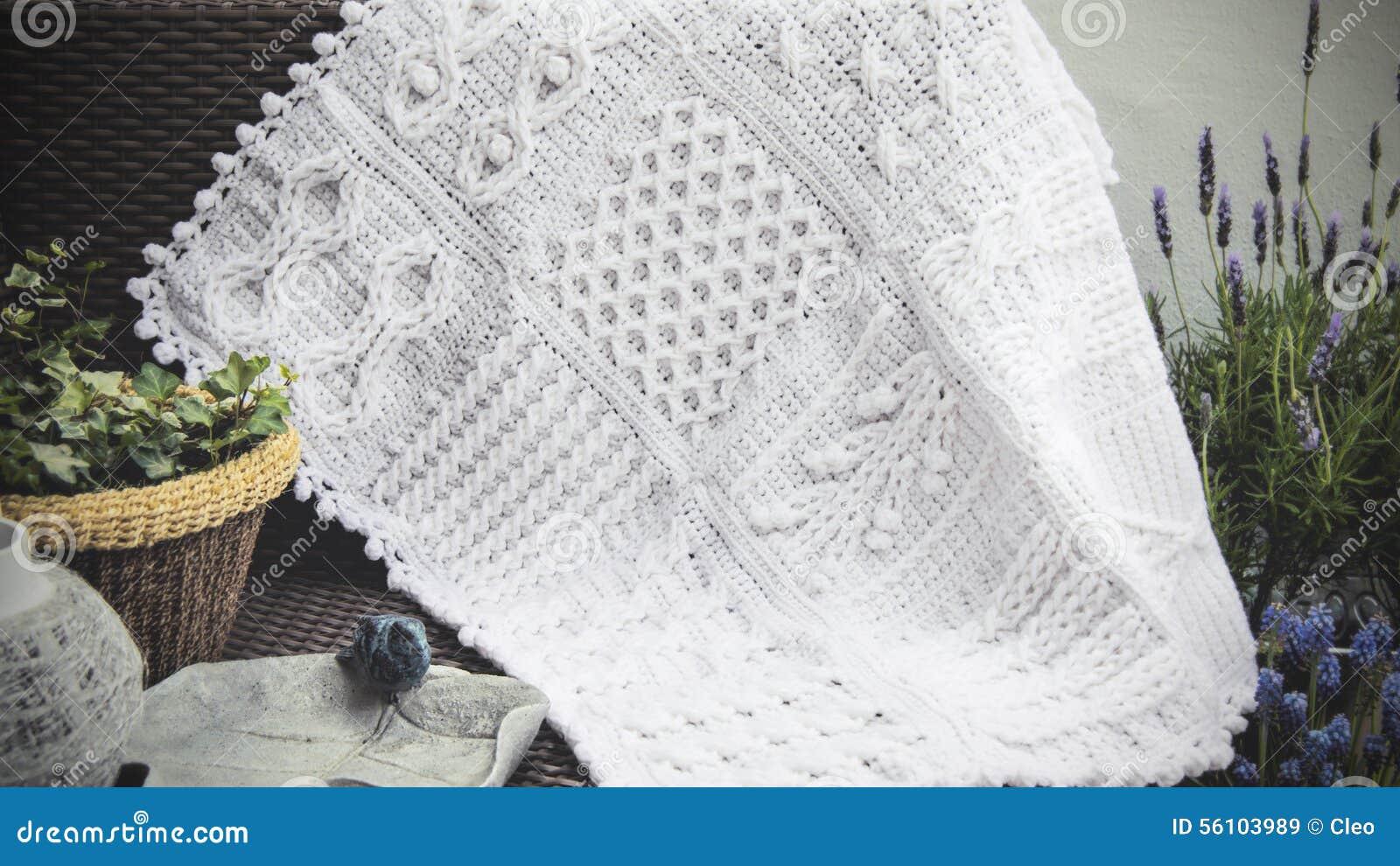Haak Breit De Kabel Afghaanse Babydeken In Wit Stock Afbeelding