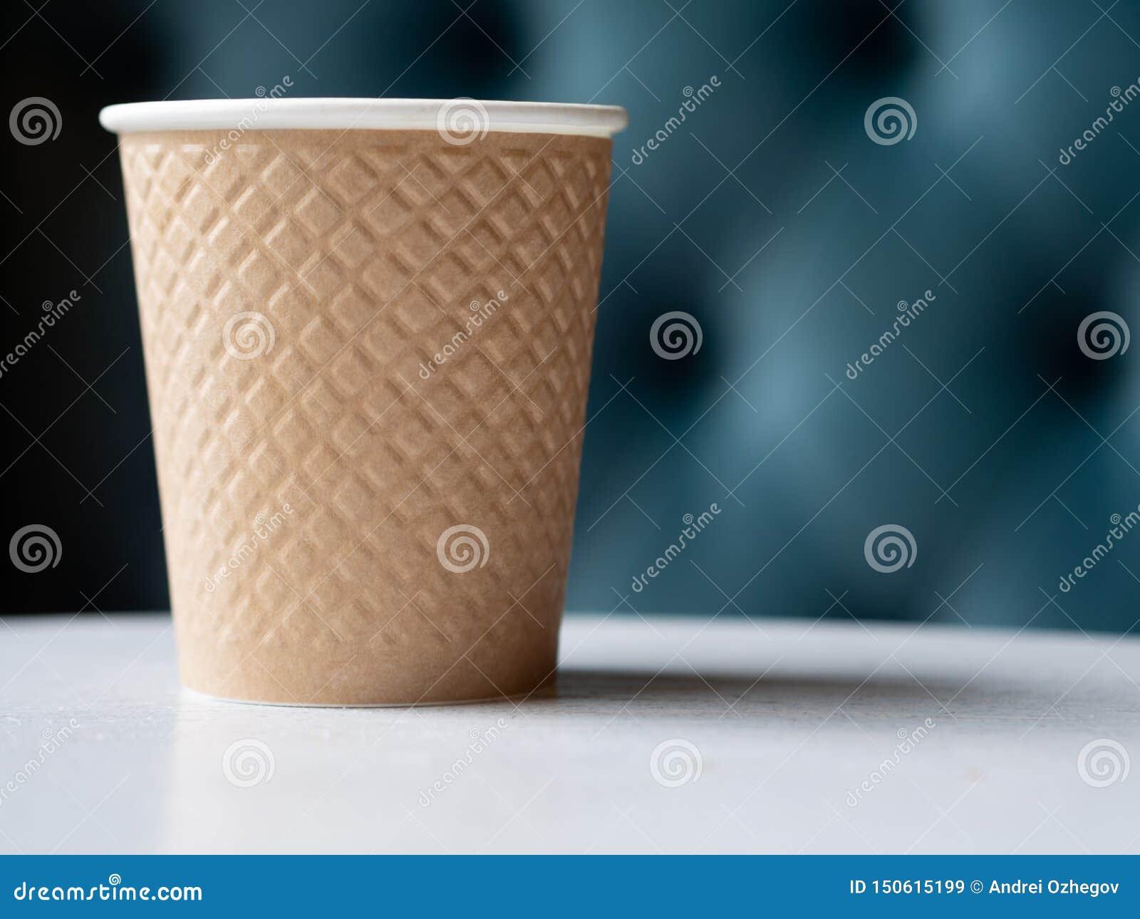 Haal een plastic kop van koffie weg