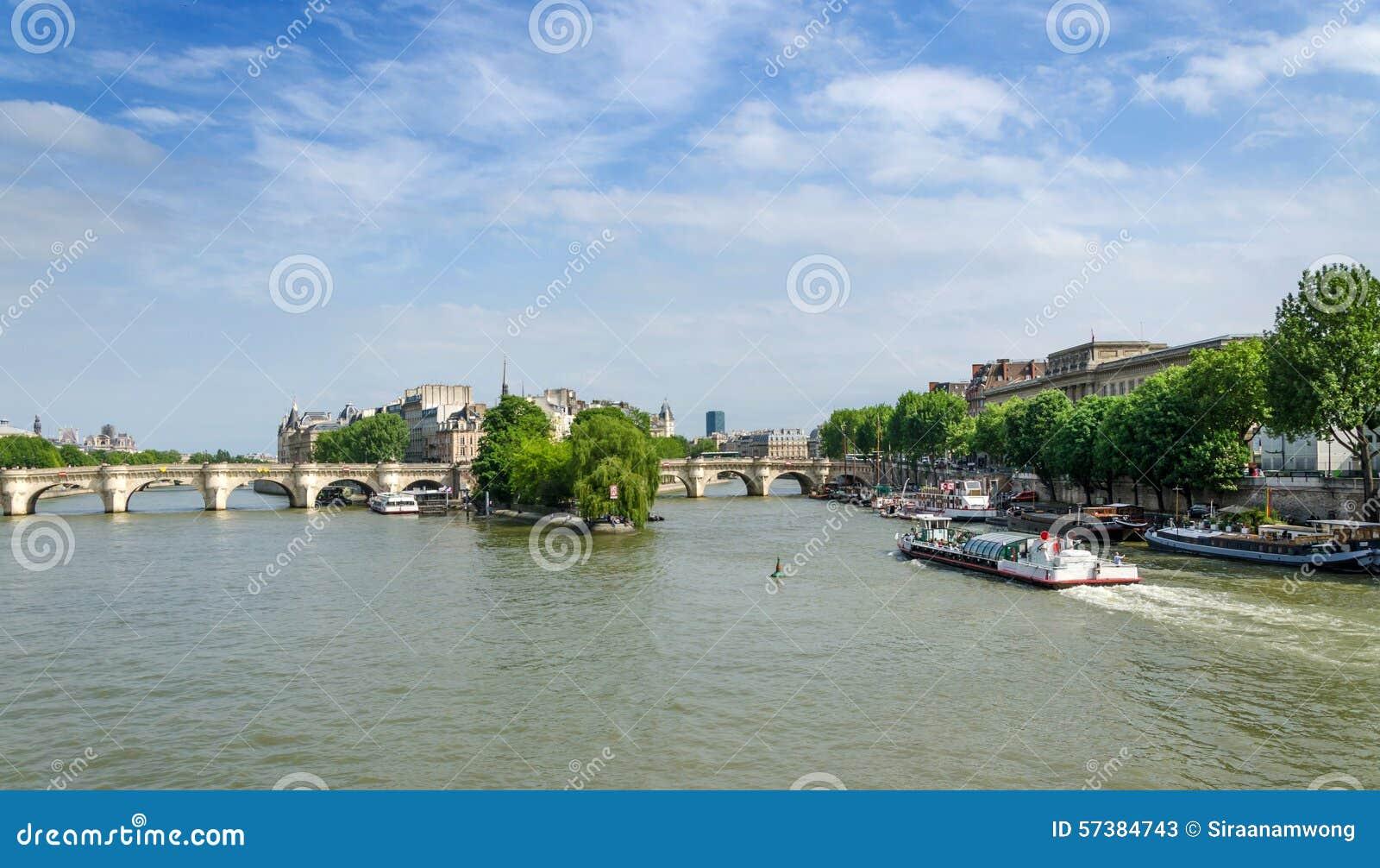 Haal Eiland en de brug van Pont Neuf in het centrum van Parijs aan