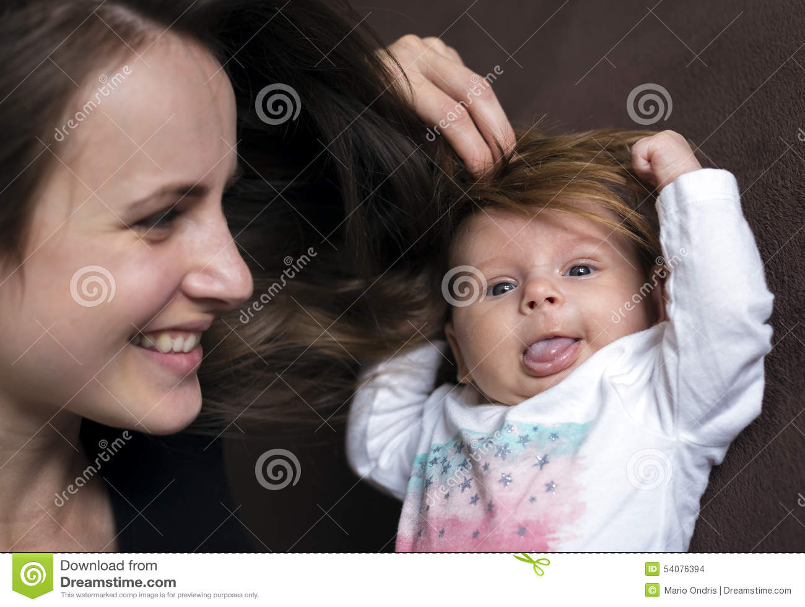Haar aan zijn pasgeboren hoofd
