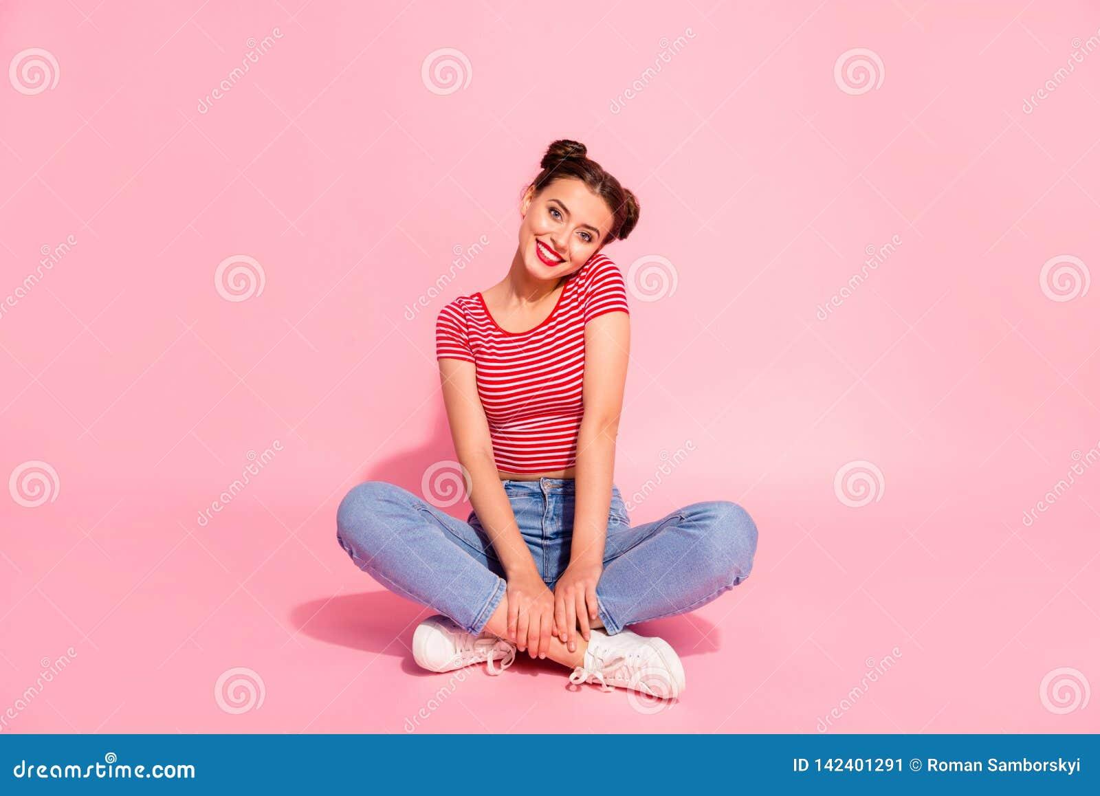 Haar glanst zij mooie zoete aantrekkelijke betoverende mooi vrolijk vrolijk meisje die het gestreepte t-shirtjeans zitten dragen