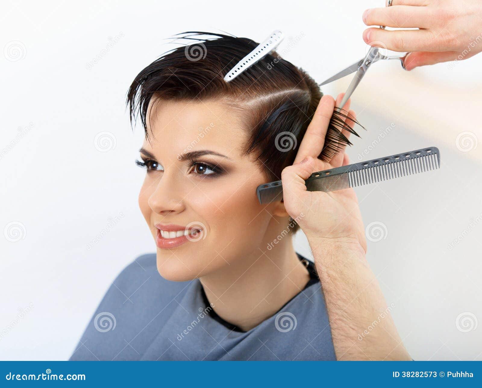 Haar. Het Haar van kappercutting client in Schoonheidssalon.