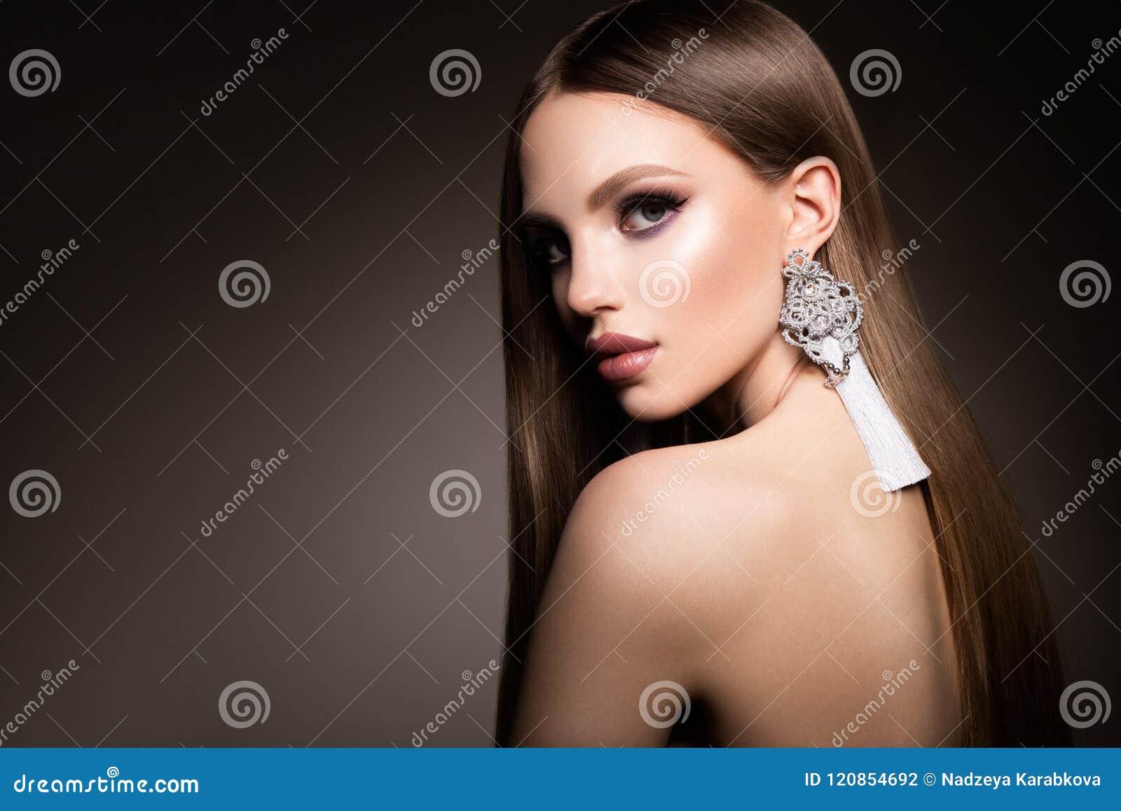 Haar Schoonheidsvrouw met zeer Lang Gezond en Glanzend Vlot Bruin Haar Modelbrunette gorgeous hair