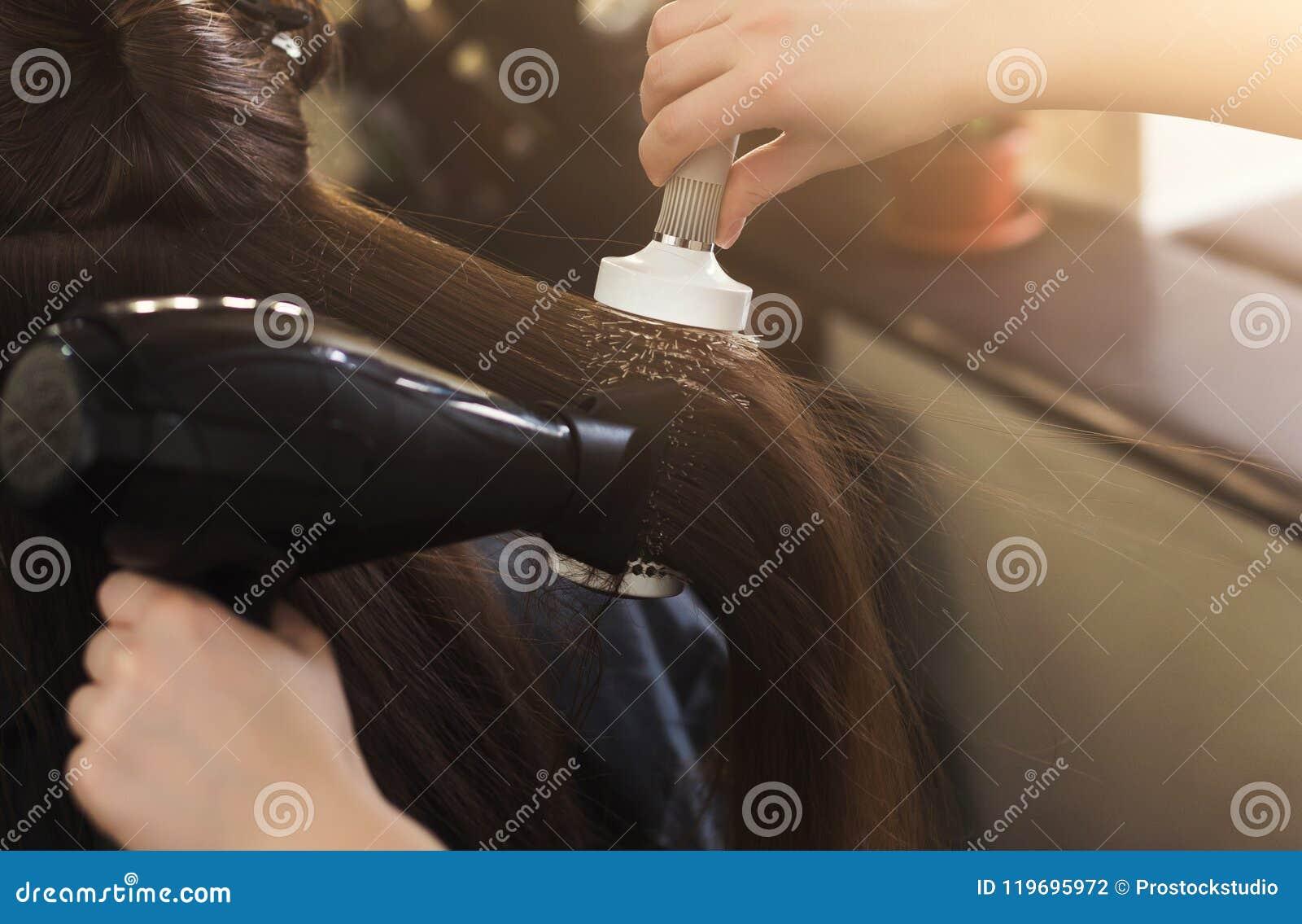 Haar van de kapper het drogende vrouw ` s in schoonheidssalon