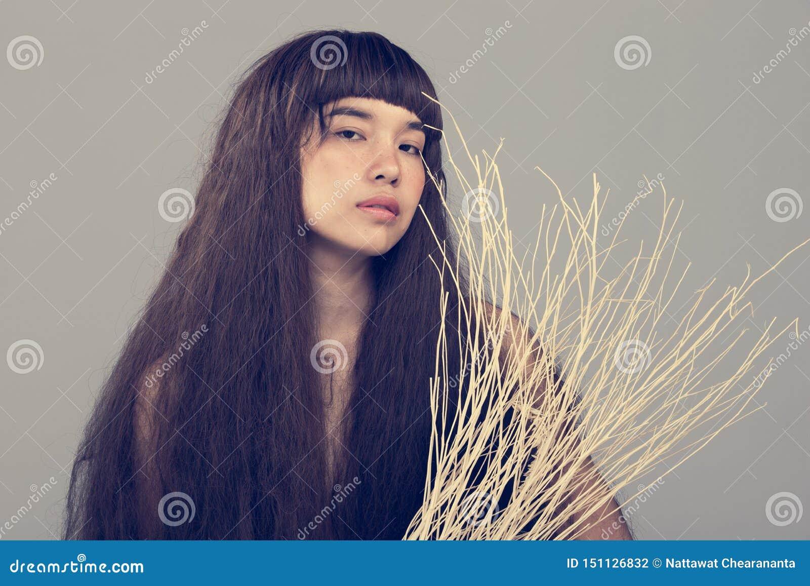 Haariges Mädchenporträt als einsame Dame des defekten Herzens