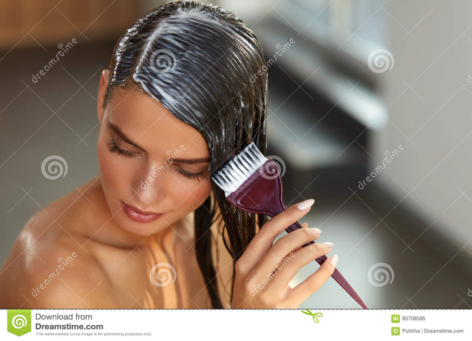 Haarmaskers Vrouw die Masker met Borstel op Nat Lang Haar toepassen