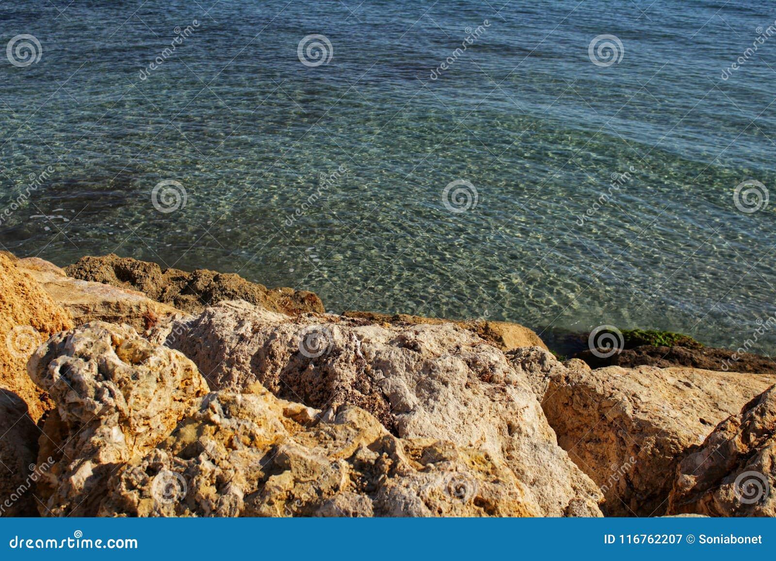 Haarscharfes Wasser und Felsen