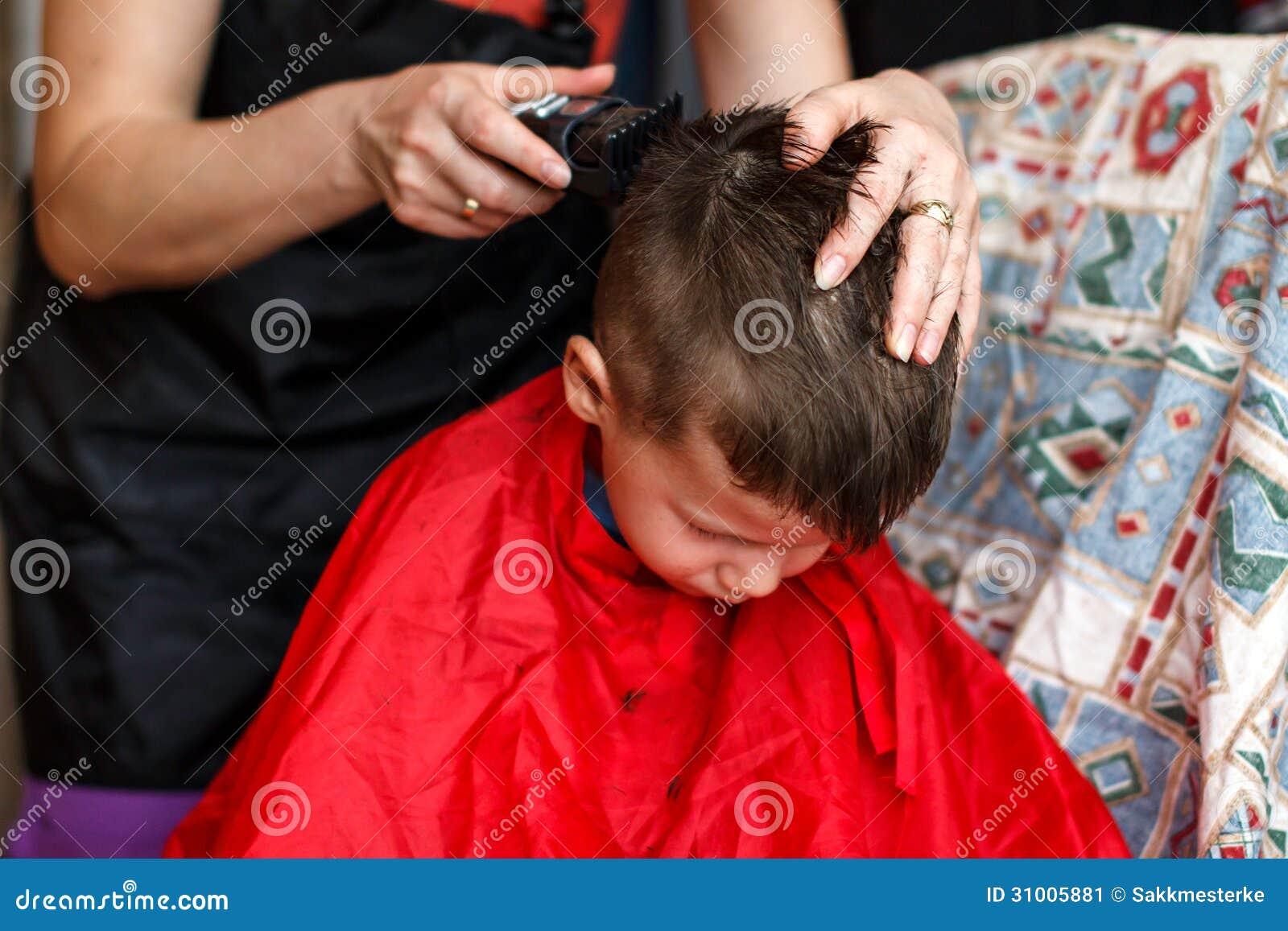Haarschnitt für 3 jahre alte jungen zu hause mit maschine