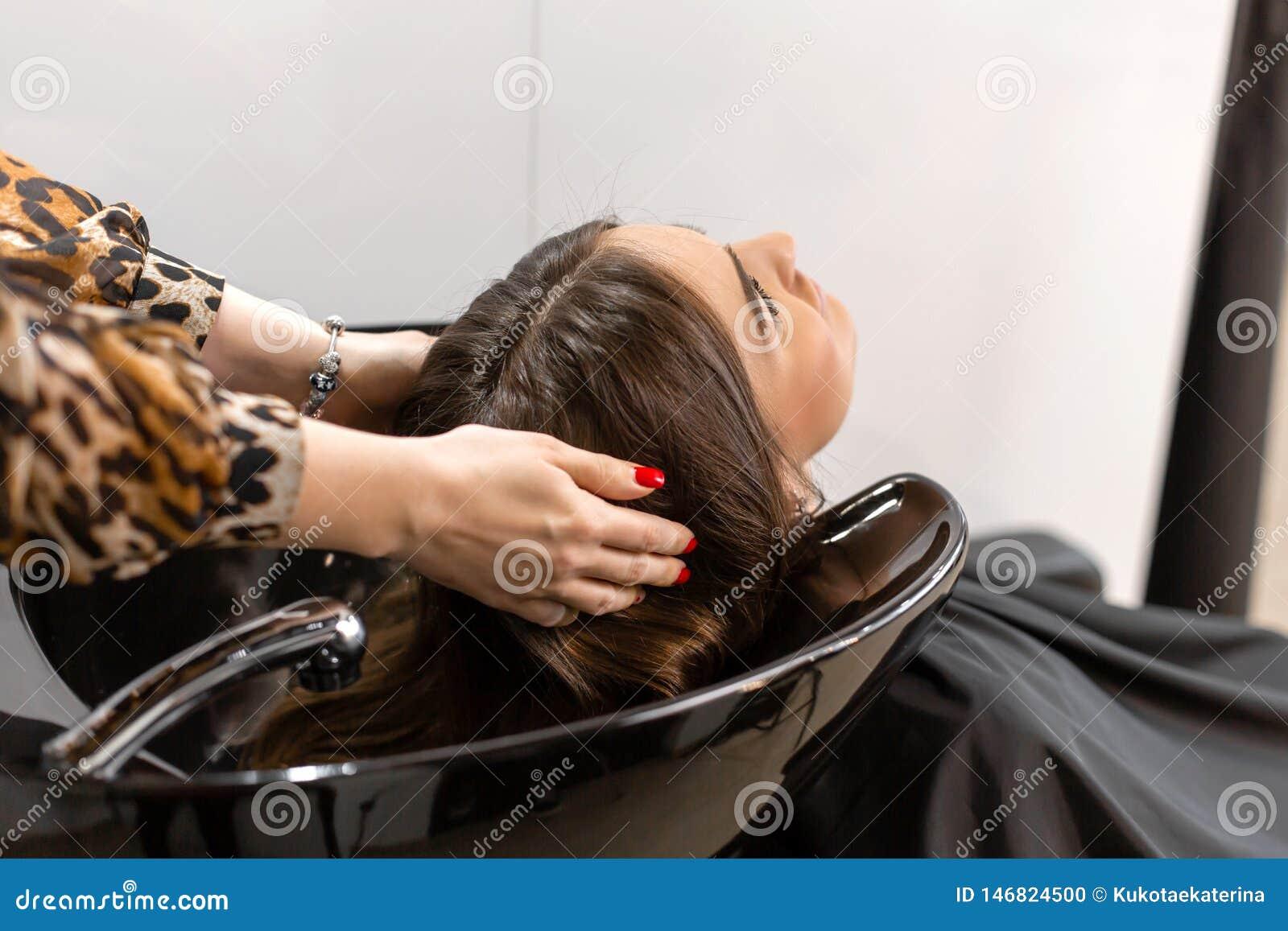 Haarschnittmeister w?scht Haar ihres Kunden hatte