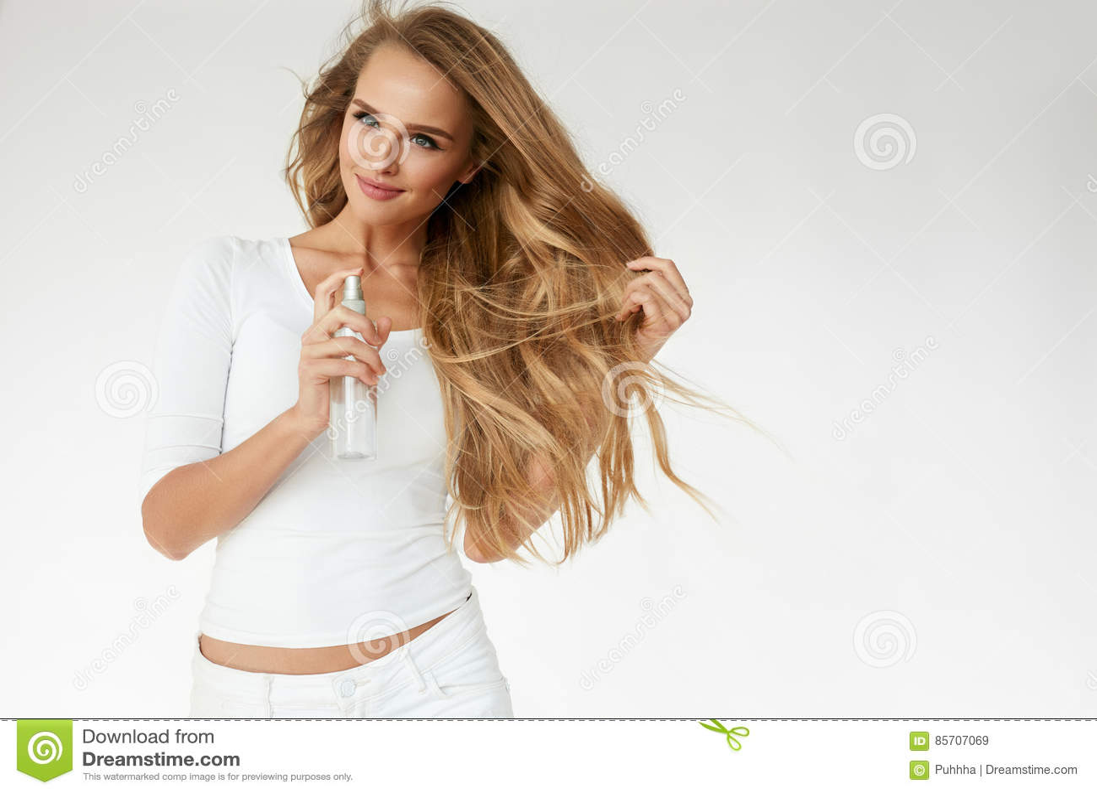 Haarschoonheidsmiddelen Vrouw die Nevel op Mooi Lang Haar toepassen